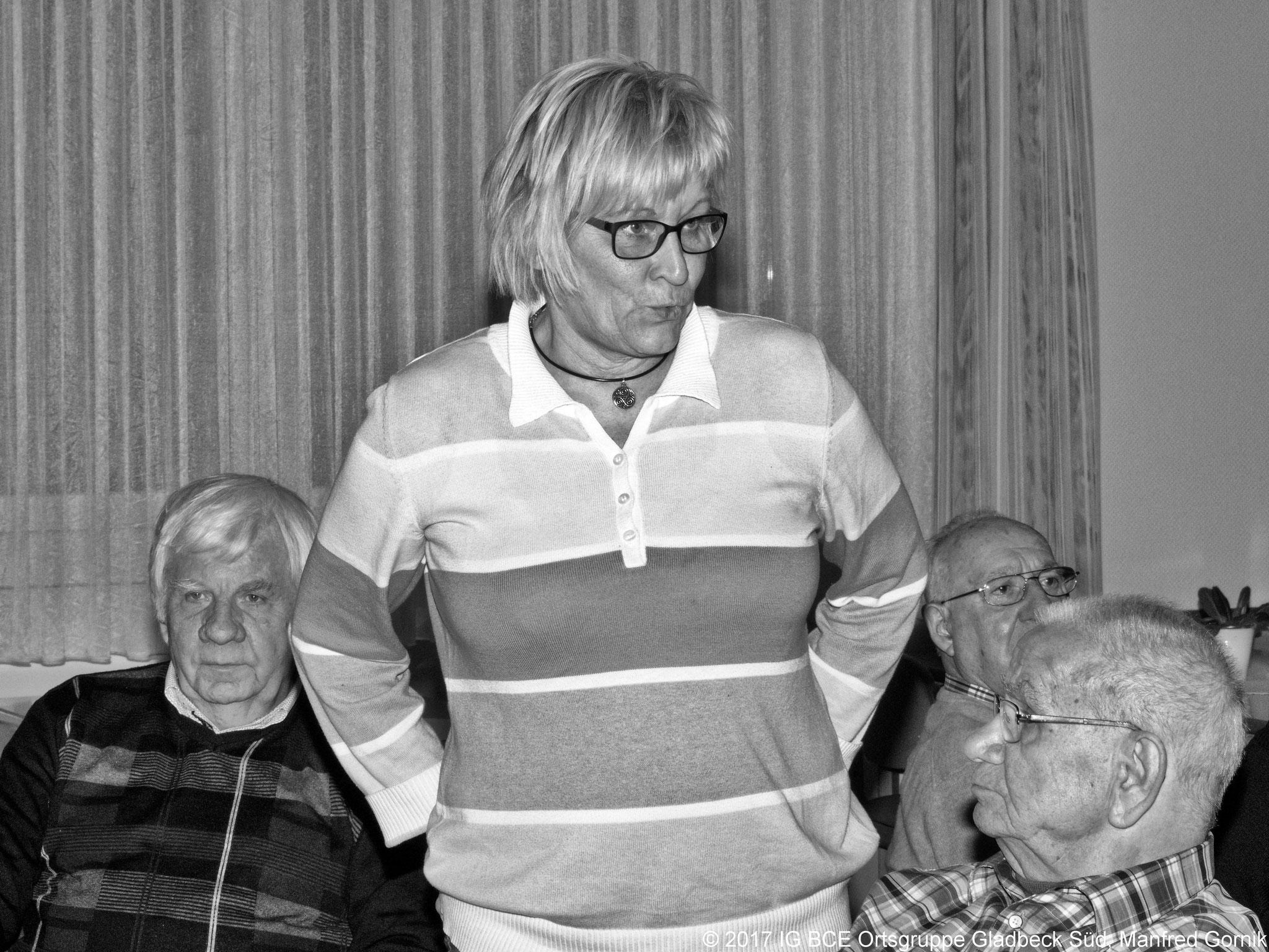Revisorin Brigitte hält den Bericht über die Kassenprüfung.