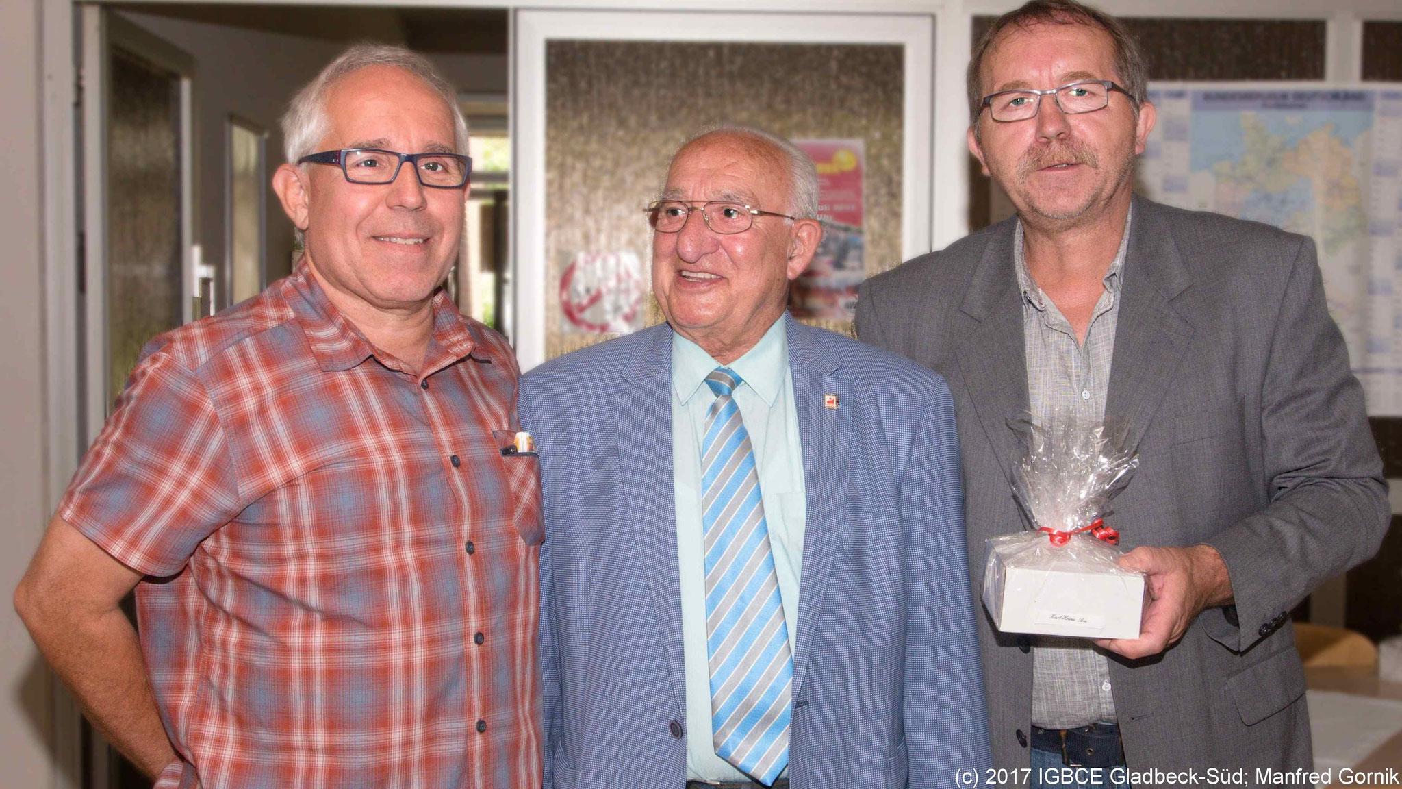 Von links : Wolfgang Sobottka; Karl-Heinz Acs ( 75 Jahre), Joachim Praetsch (1 Vorsitzender Ortsgruppe Gladbeck-Süd)