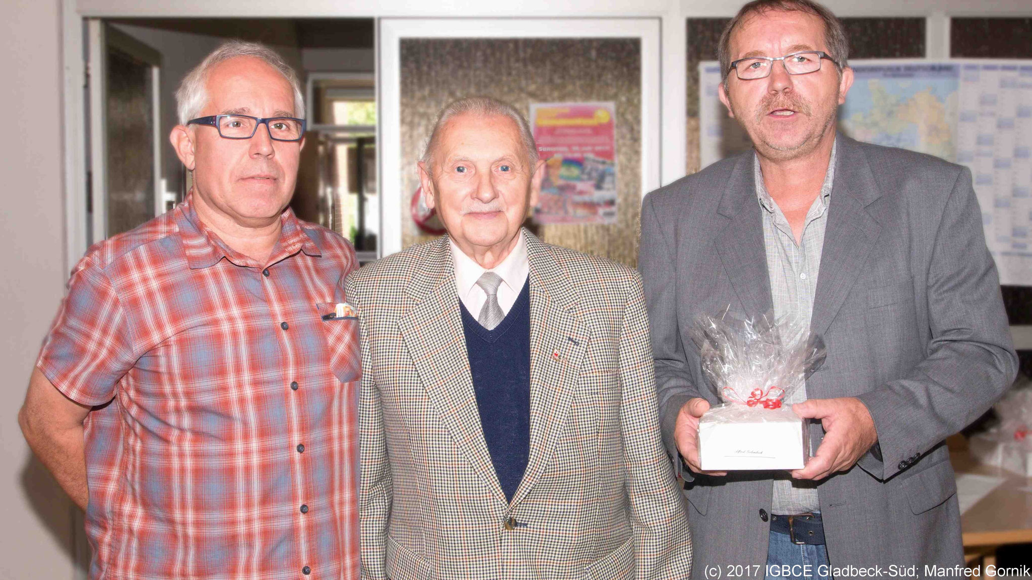 Von links : Wolfgang Sobottka; Alfred Golembeck ( 70 Jahre), Joachim Praetsch (1 Vorsitzender Ortsgruppe Gladbeck-Süd)