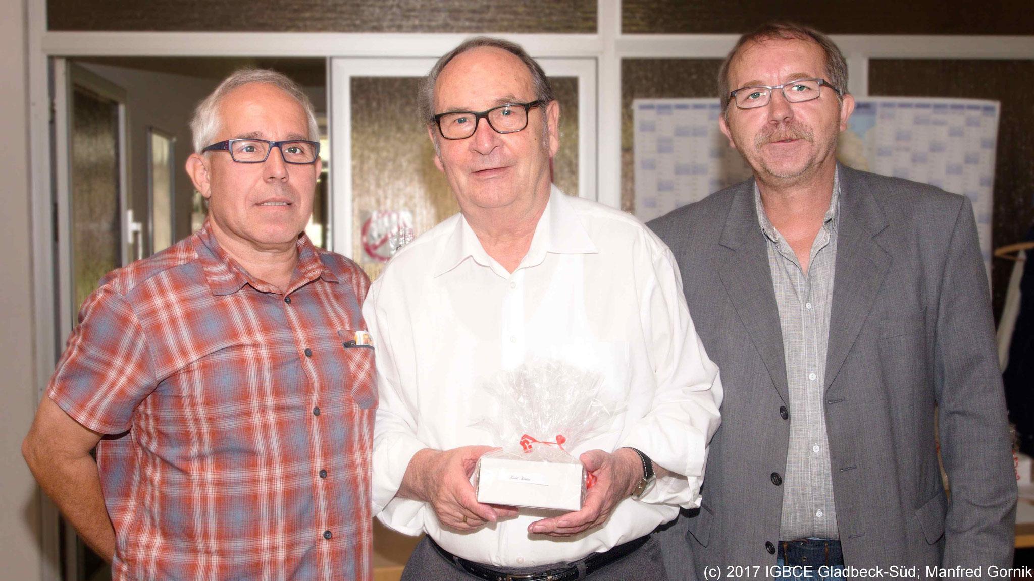 Von links : Wolfgang Sobottka; Kurt Rinus ( 70 Jahre), Joachim Praetsch (1 Vorsitzender Ortsgruppe Gladbeck-Süd)