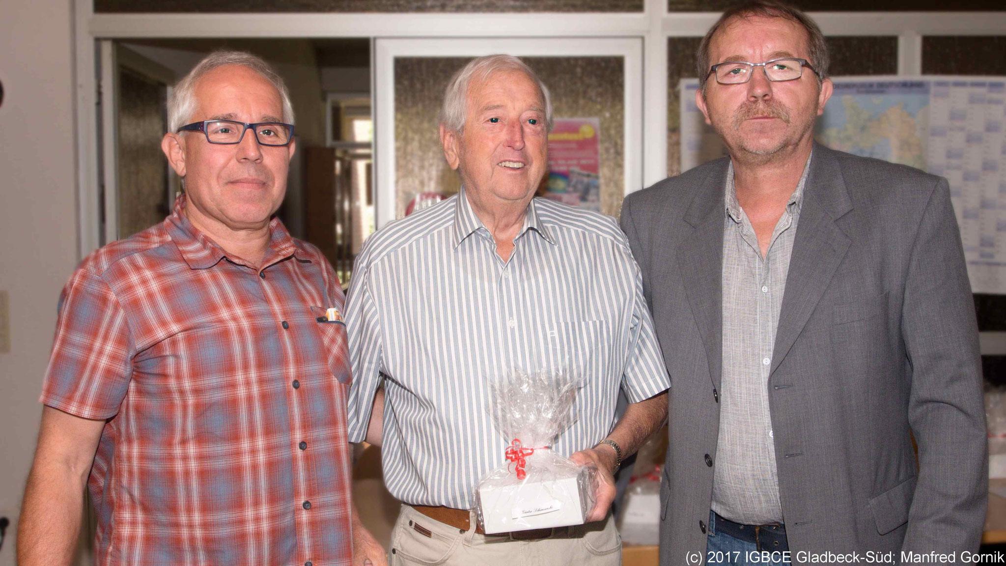 Von links : Wolfgang Sobottka; Günter Schimanski ( 70 Jahre), Joachim Praetsch (1 Vorsitzender Ortsgruppe Gladbeck-Süd)