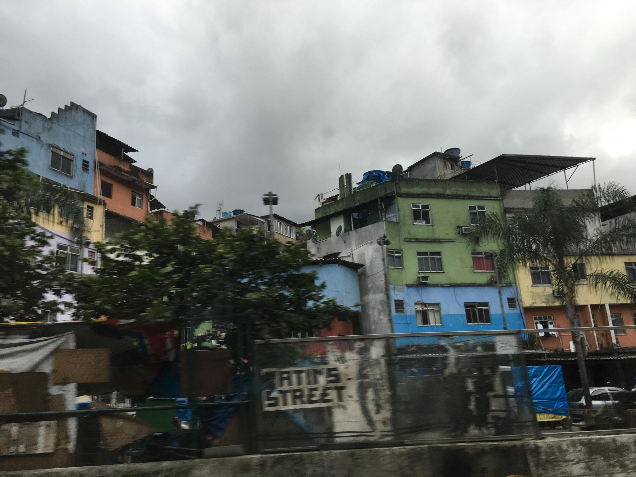 ファベーラ(ポルトガル語でいうスラム街)、貧富の格差も社会的問題