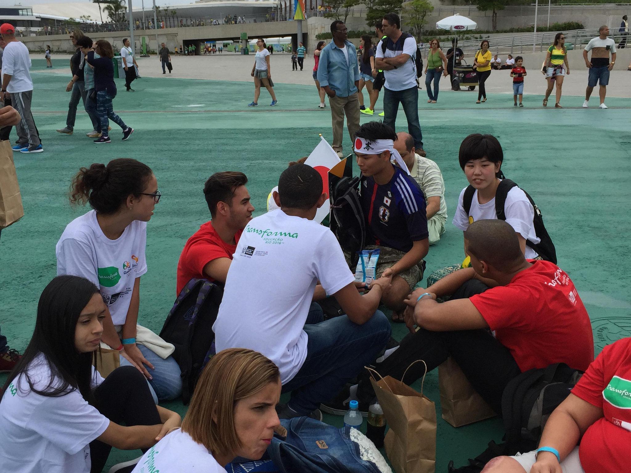 オリンピックパーク内でインタビューをする調査団の学生