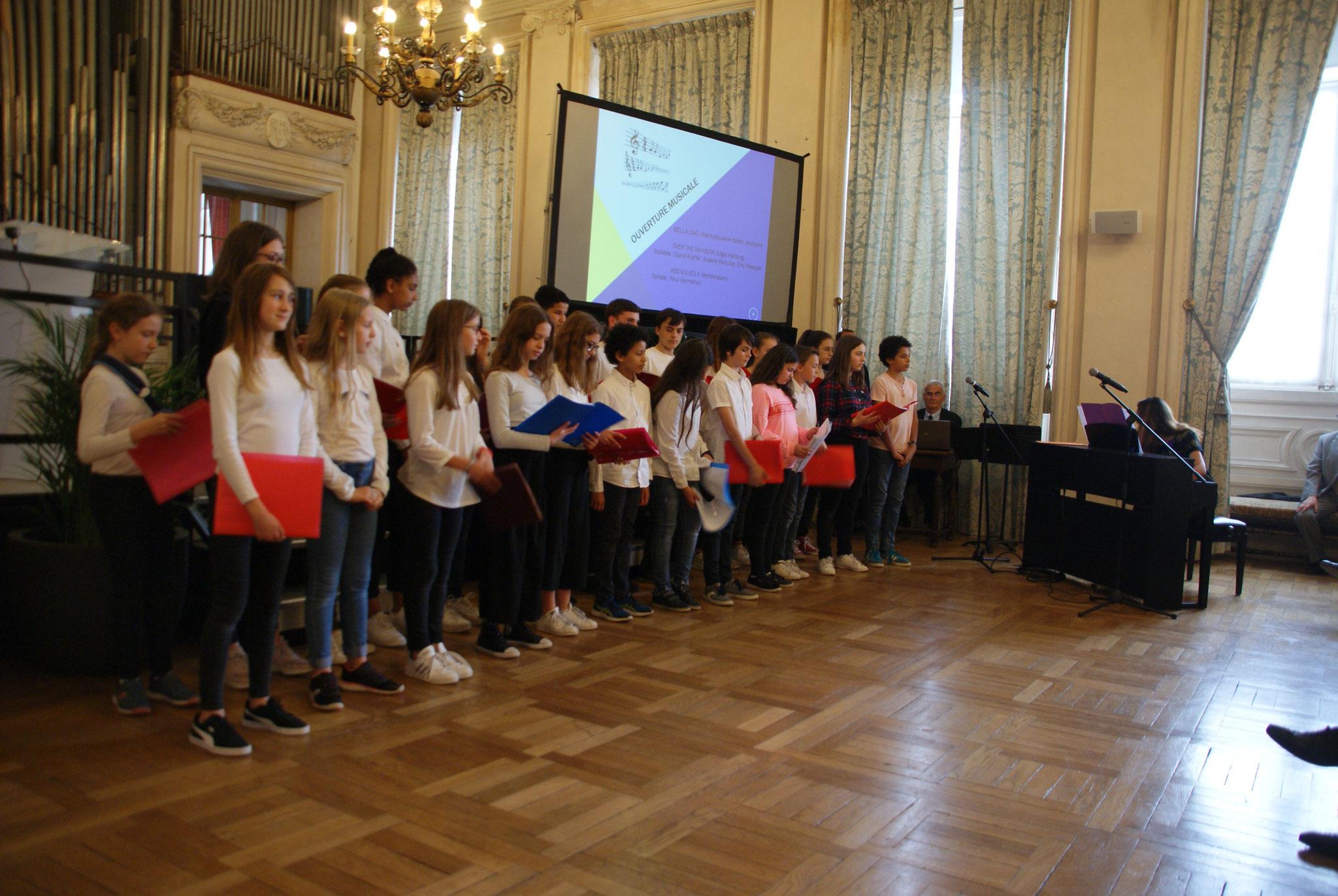 Les enfants de la chorale du collège Saint-Remi