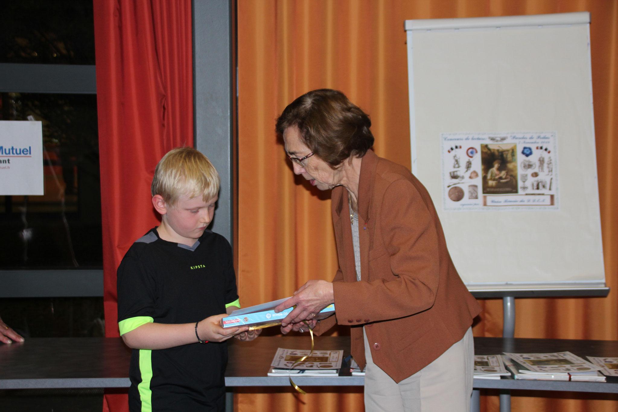 N. Bauchet remet un des deux prix décernés par l'AMOPA 51