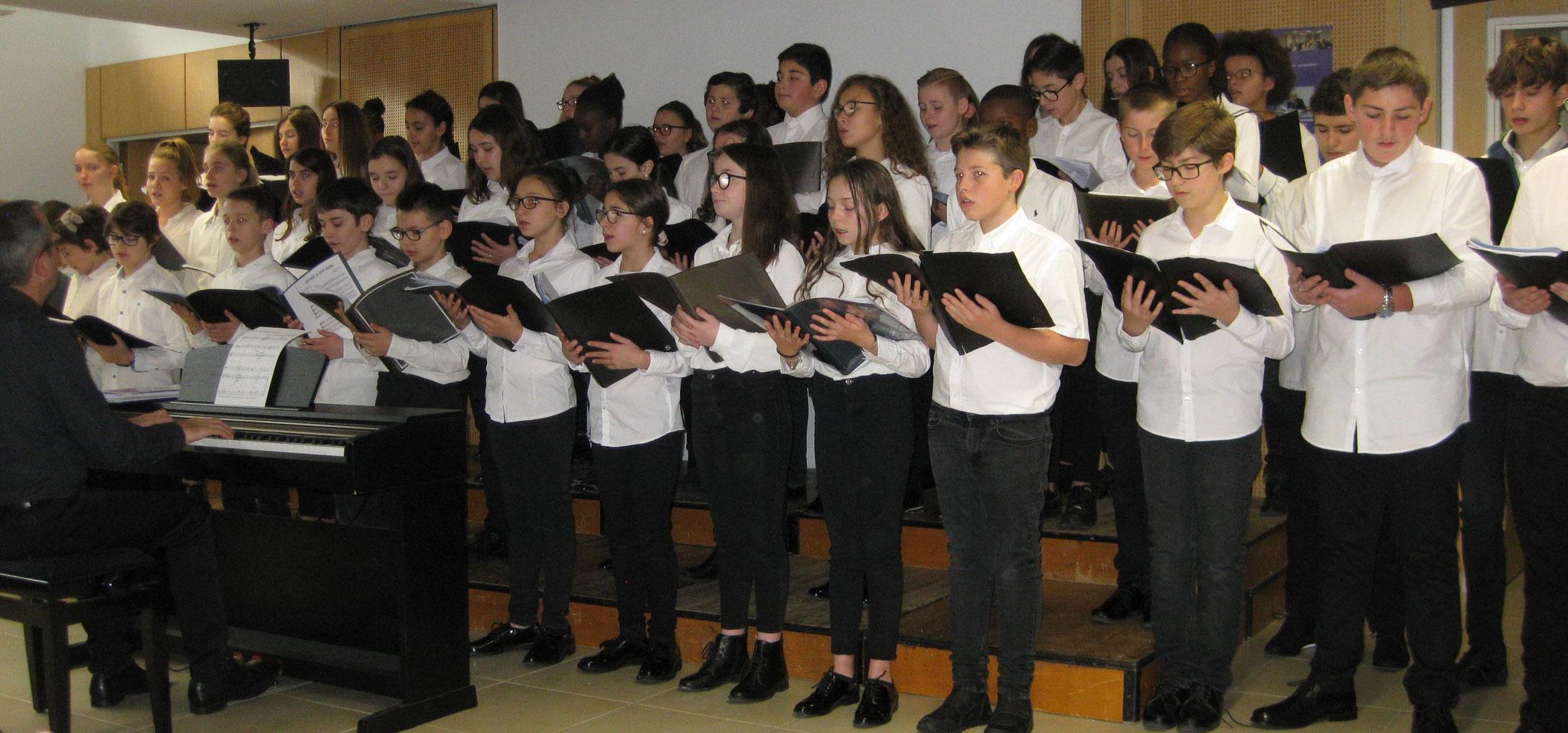 La chorale du collège Terres rouges d'Épernay.