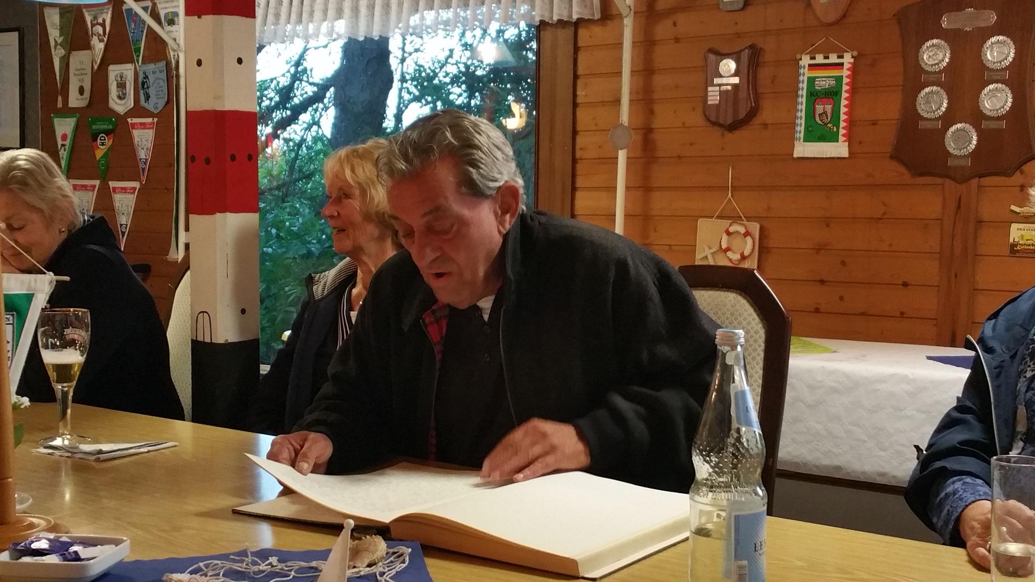 """Unser Mitglied Alfred Reiss (Freddy) bei der Lesung aus seinem Buch """"Schmunzel Geschichten"""""""