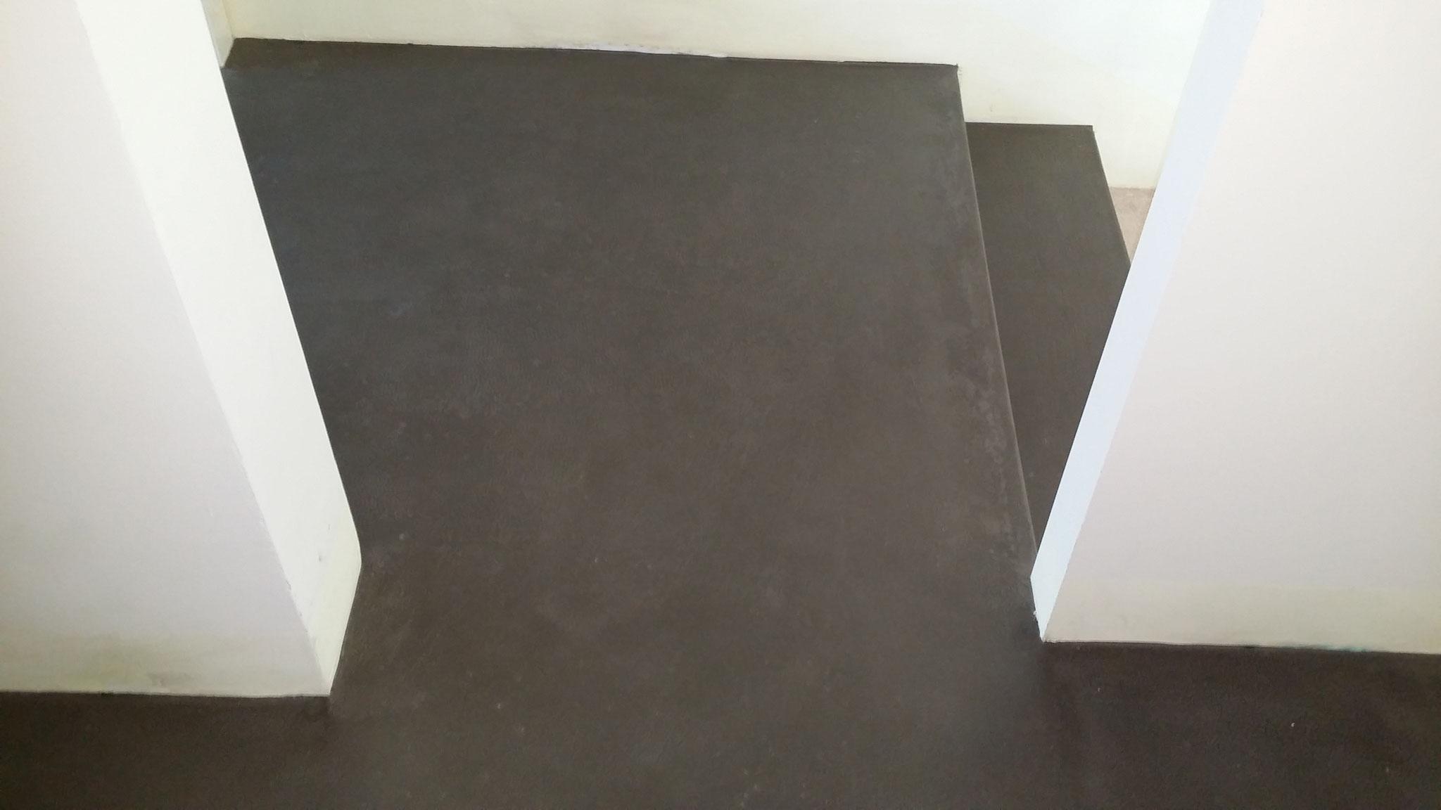 Anthrazitfarbener Beton bei einer Stufenanlage