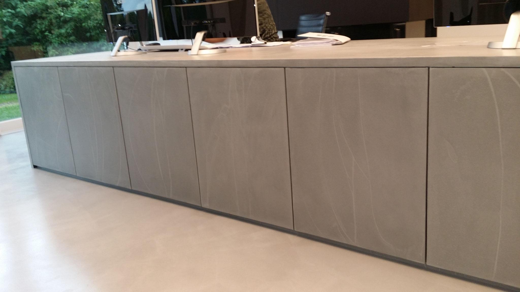 Büroeinrichtung mit Beton gespachtelt