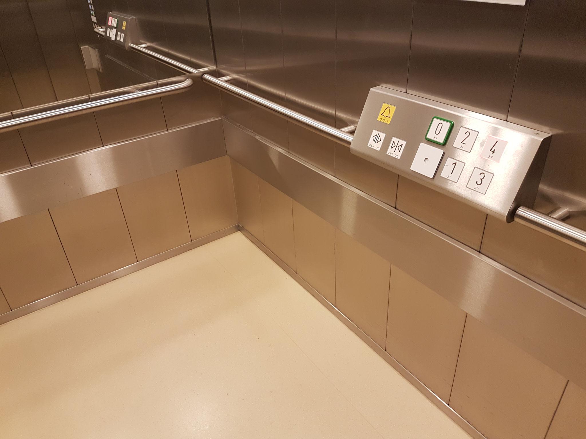Barrierefreie e-li Handläufe im Aufzug mit Tableau