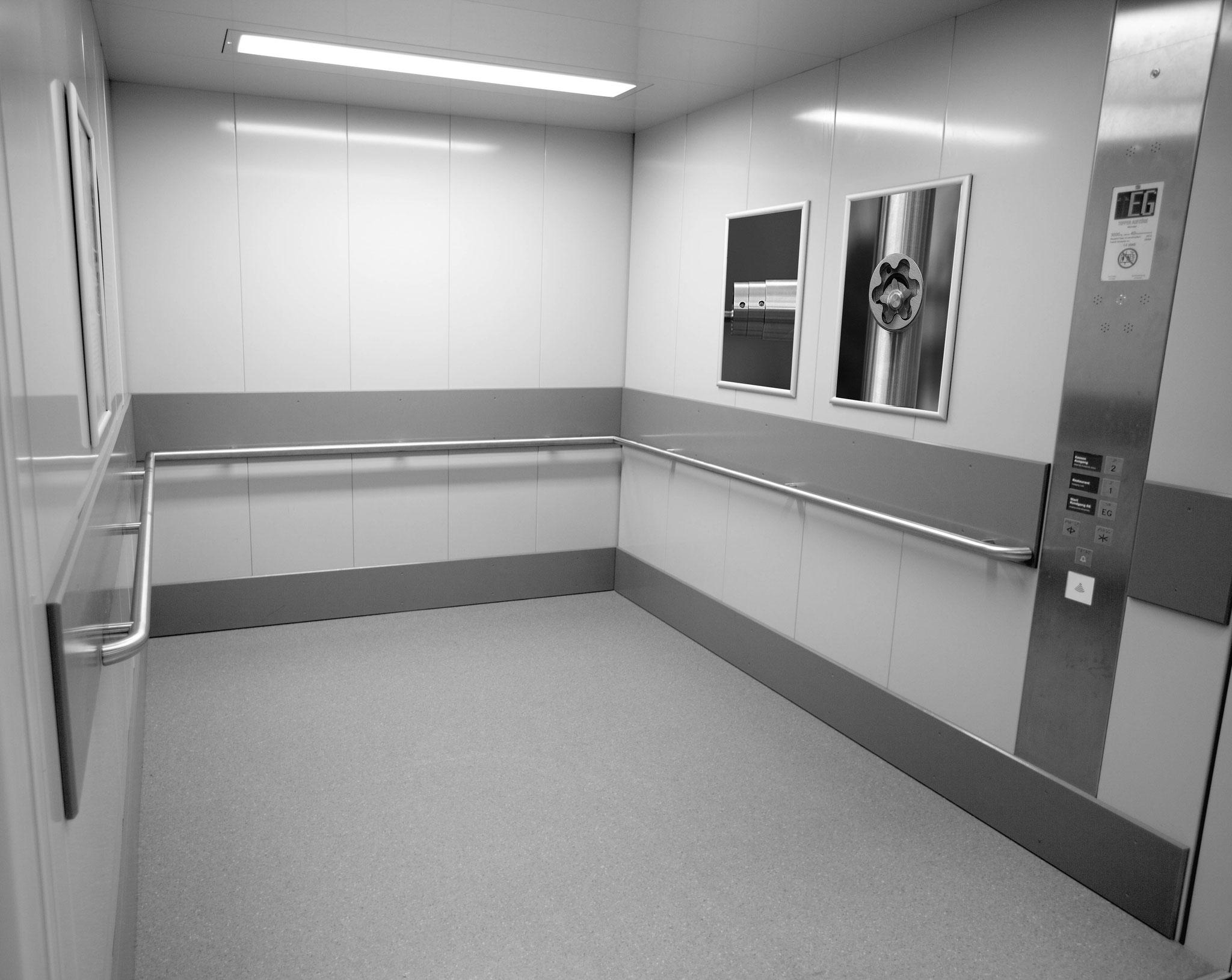 Round e-li handrail in lift cabin