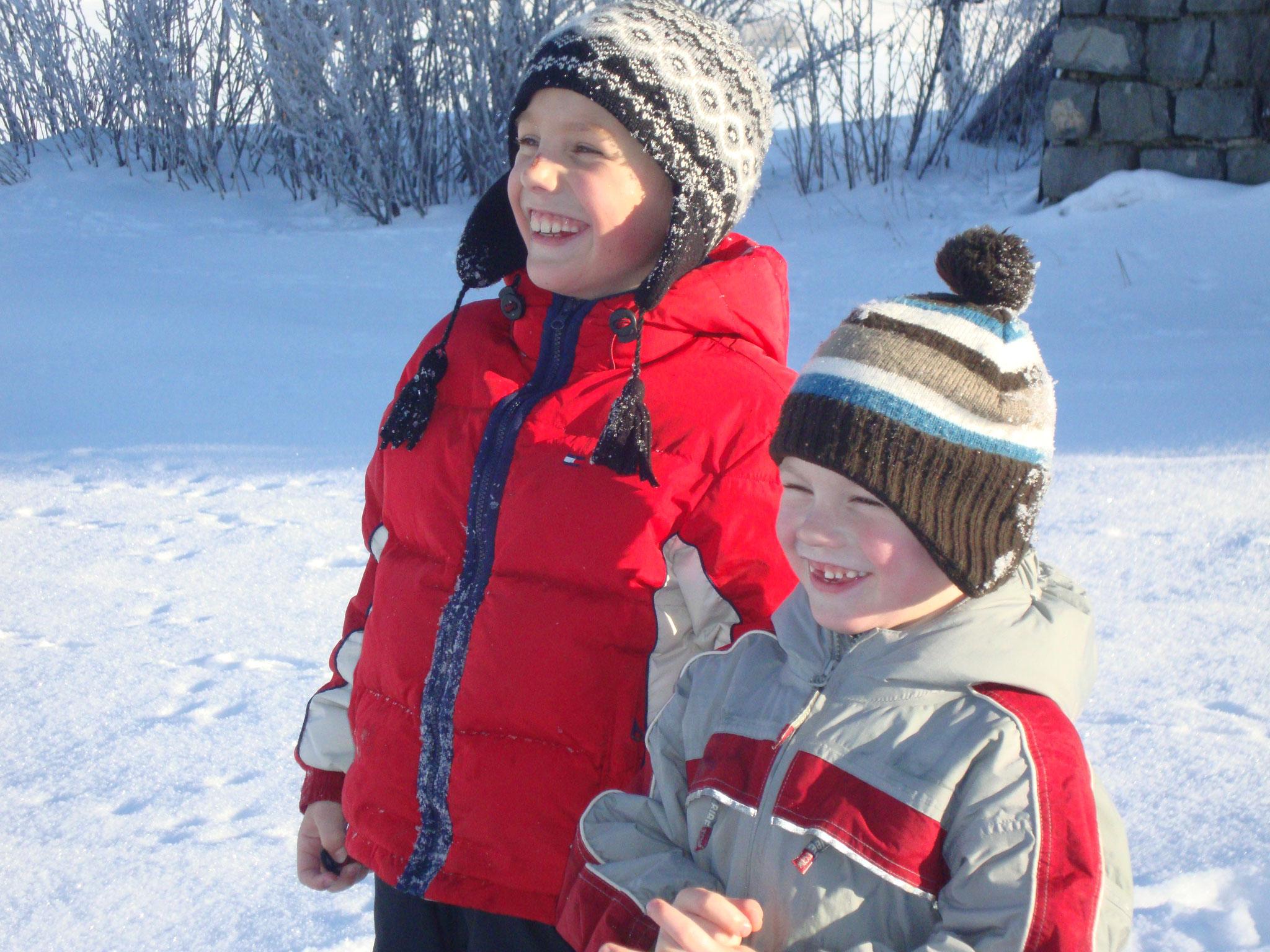 Kinder haben Spaß im Schnee -  GRATIS Bob- und Rodelverleih im Haus