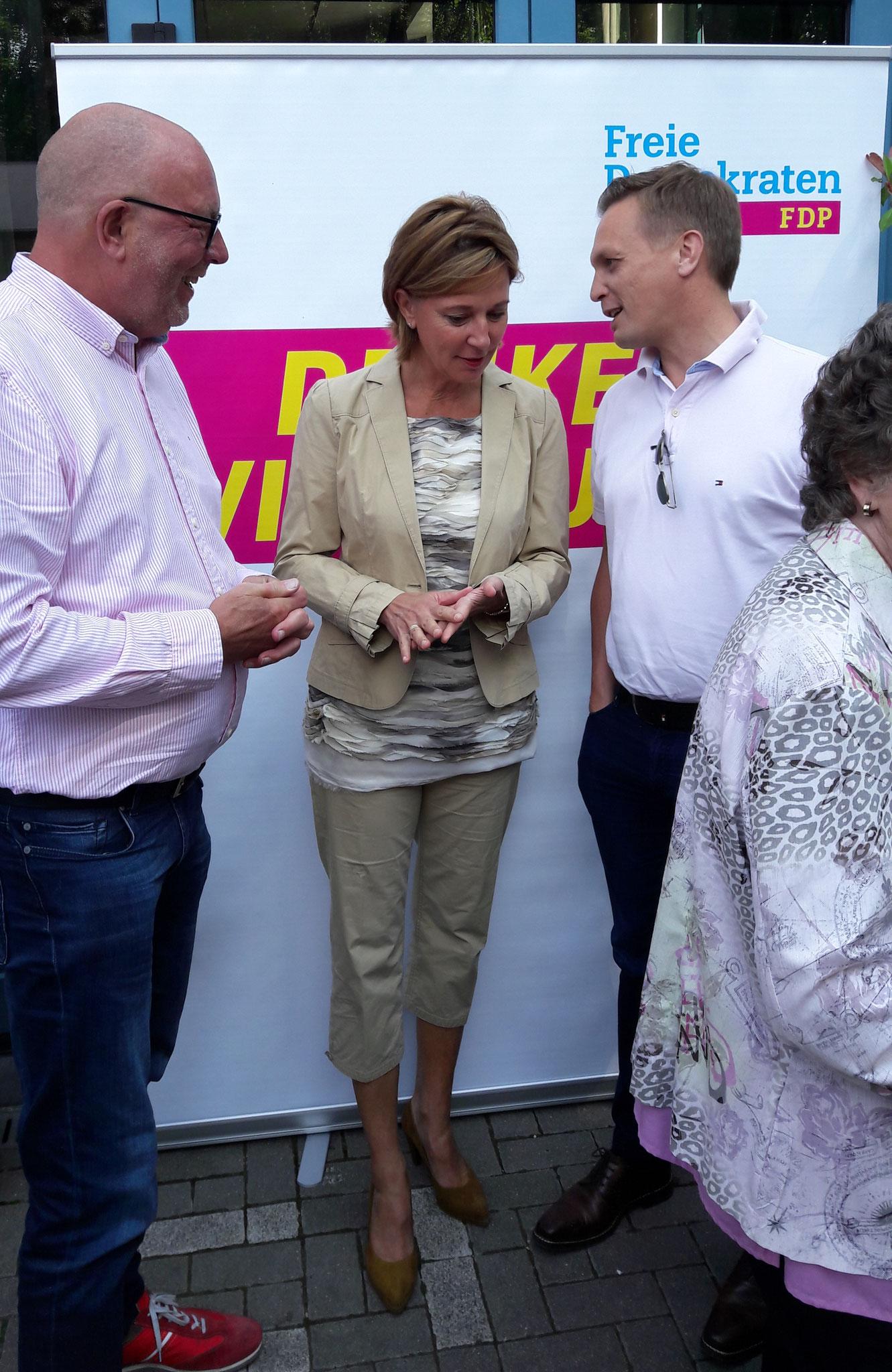von links nach rechts: Hans-Gerd Völker, Yvonne Gebauer (Schulministerin NRW), Arno Zurbrüggen