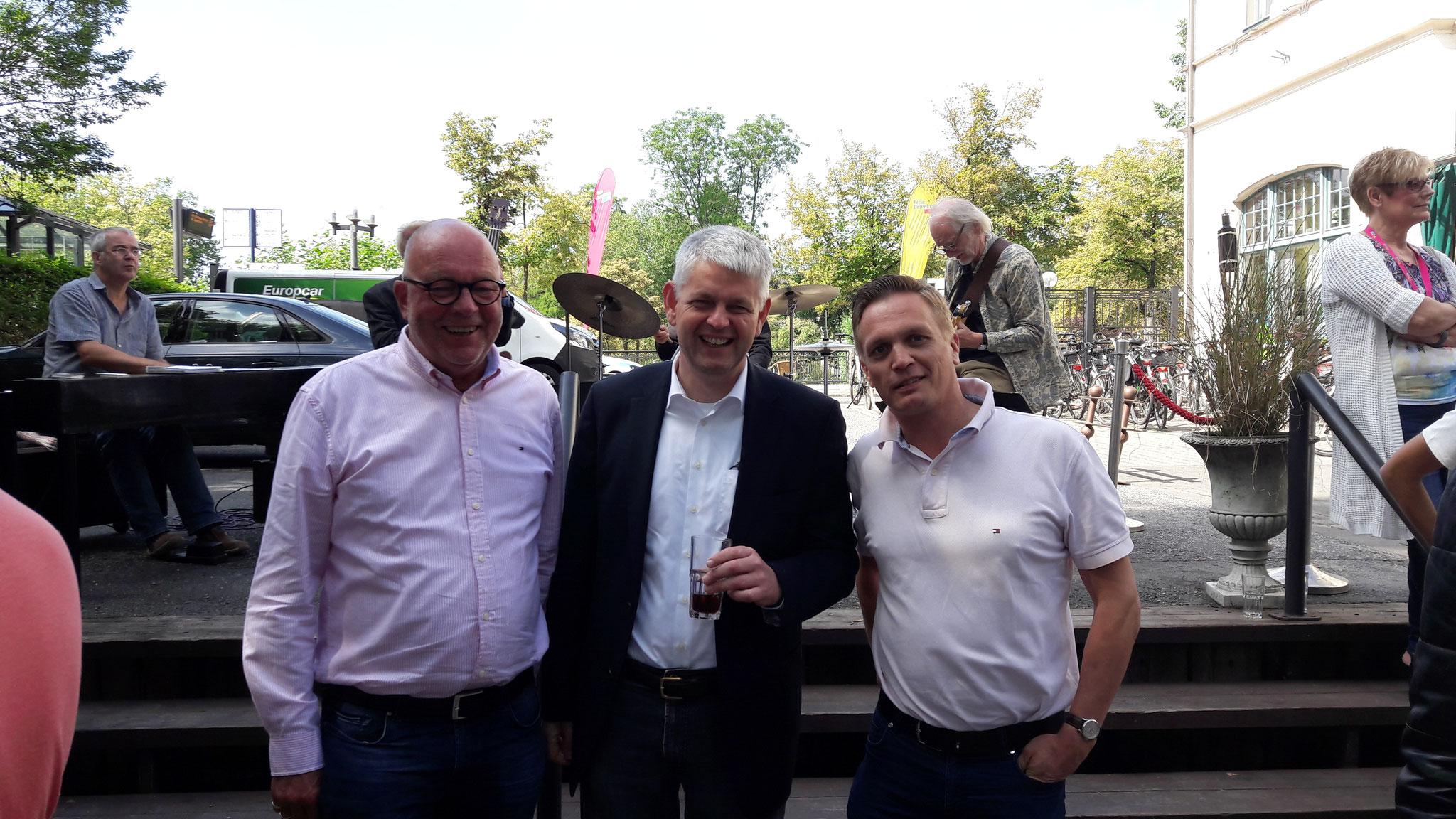 von links nach rechts: Hans-Gerd Völker, Christoph Dammermann (Staatsekretär im Ministerium für Wirtschaft, Innovation, Digitalisierung und Energie), Arno Zurbrüggen