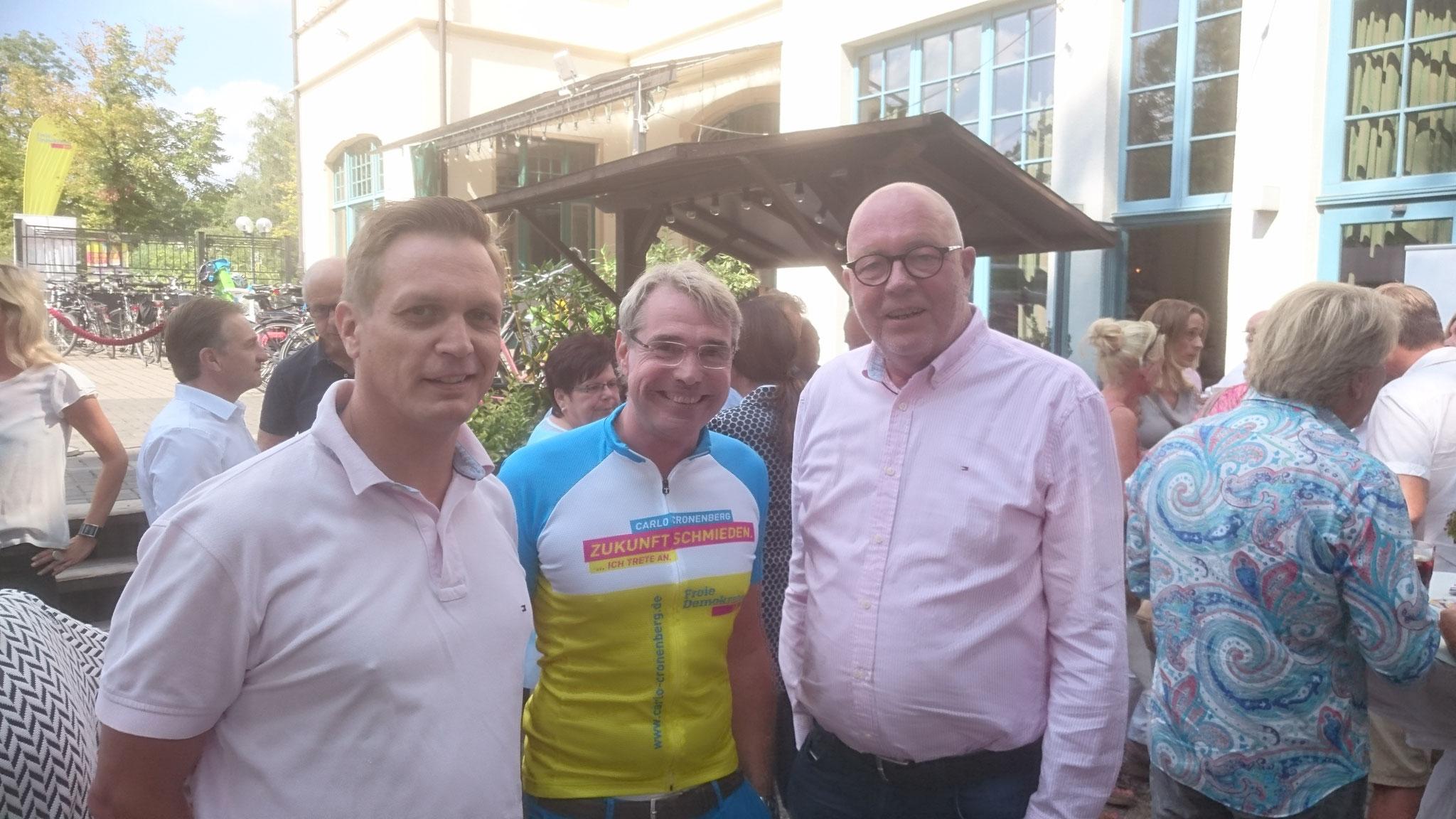 von links nach rechts: Arno Zurbrüggen, Carlo Cronenberg (FDP Direktkandidat im Hochsauerlandkreis), Hans-Gerd Völker