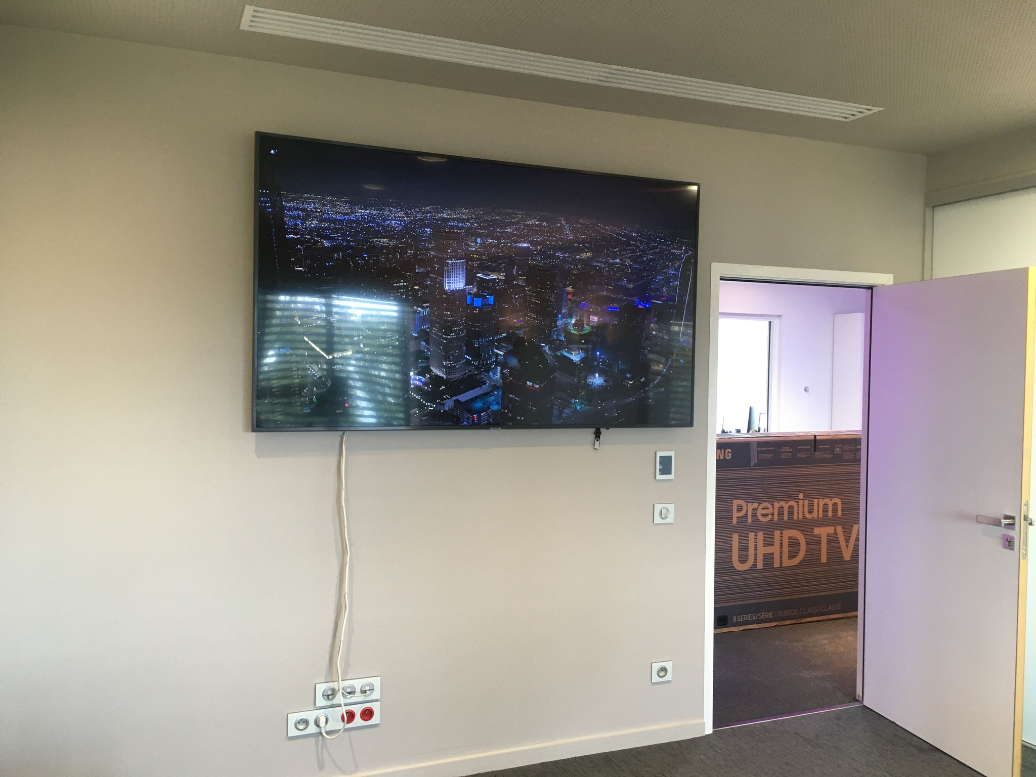 "TV SAMSUNG 85"" 4K SMART TV SALLE REUNION GROUPE FAREVA"