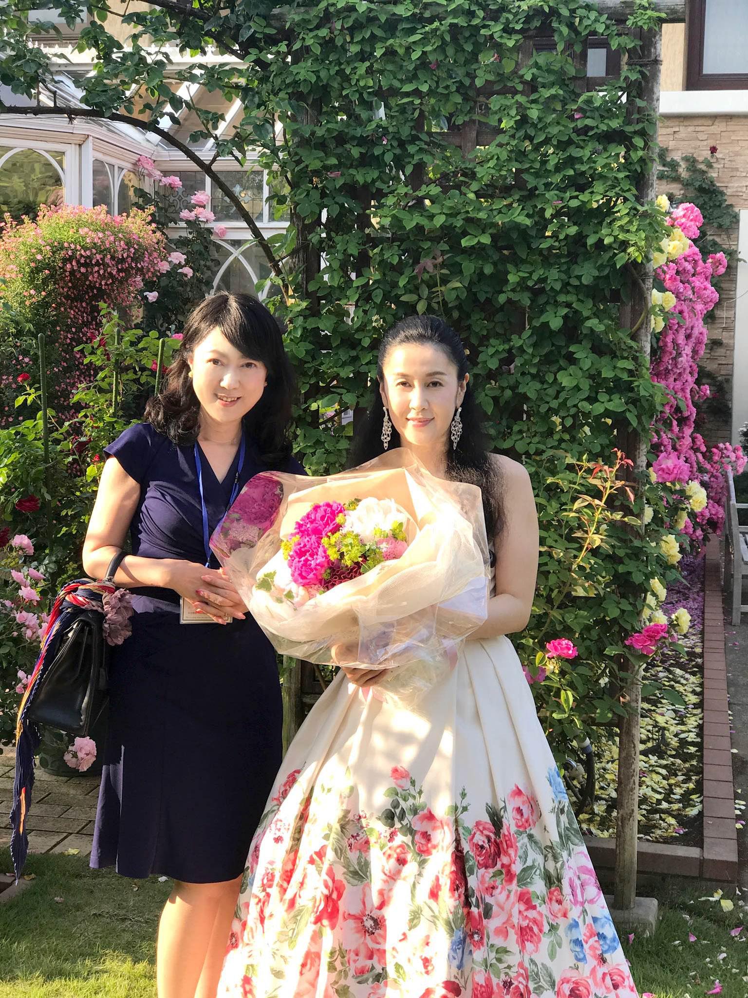 ピアニスト近藤和花さんへ花束贈呈・GRCTチャリティーローズガーデンコンサート