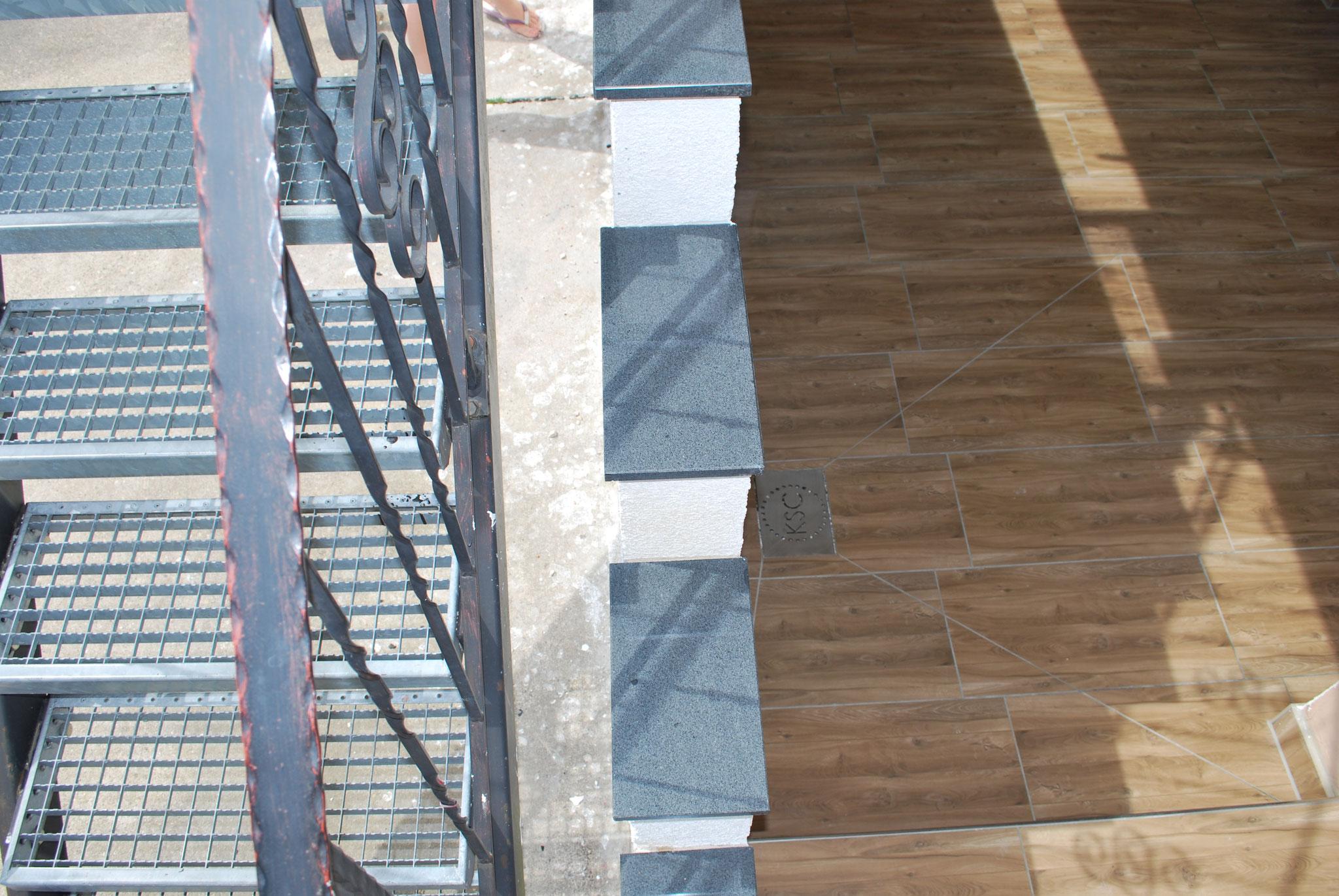 Granitplatten mit Tropfnase angebracht