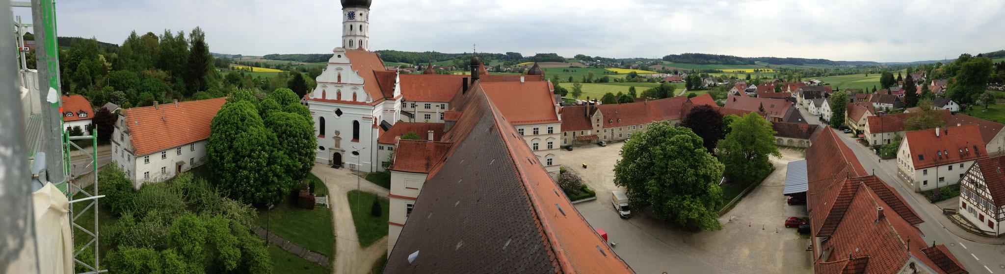 ... über Dorf und Kloster