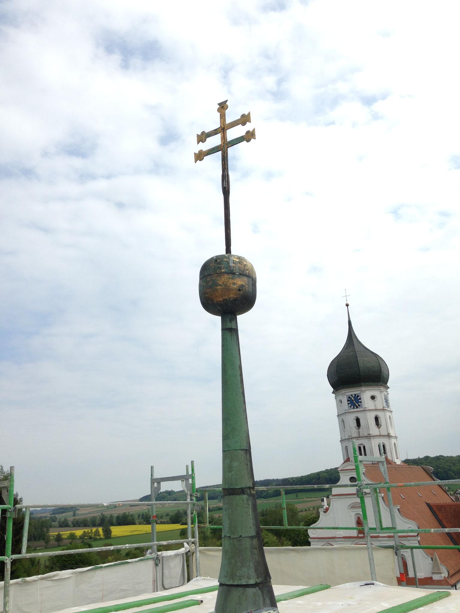 Nur die Turmspitze ragt aus dem Gerüstaufbau heraus
