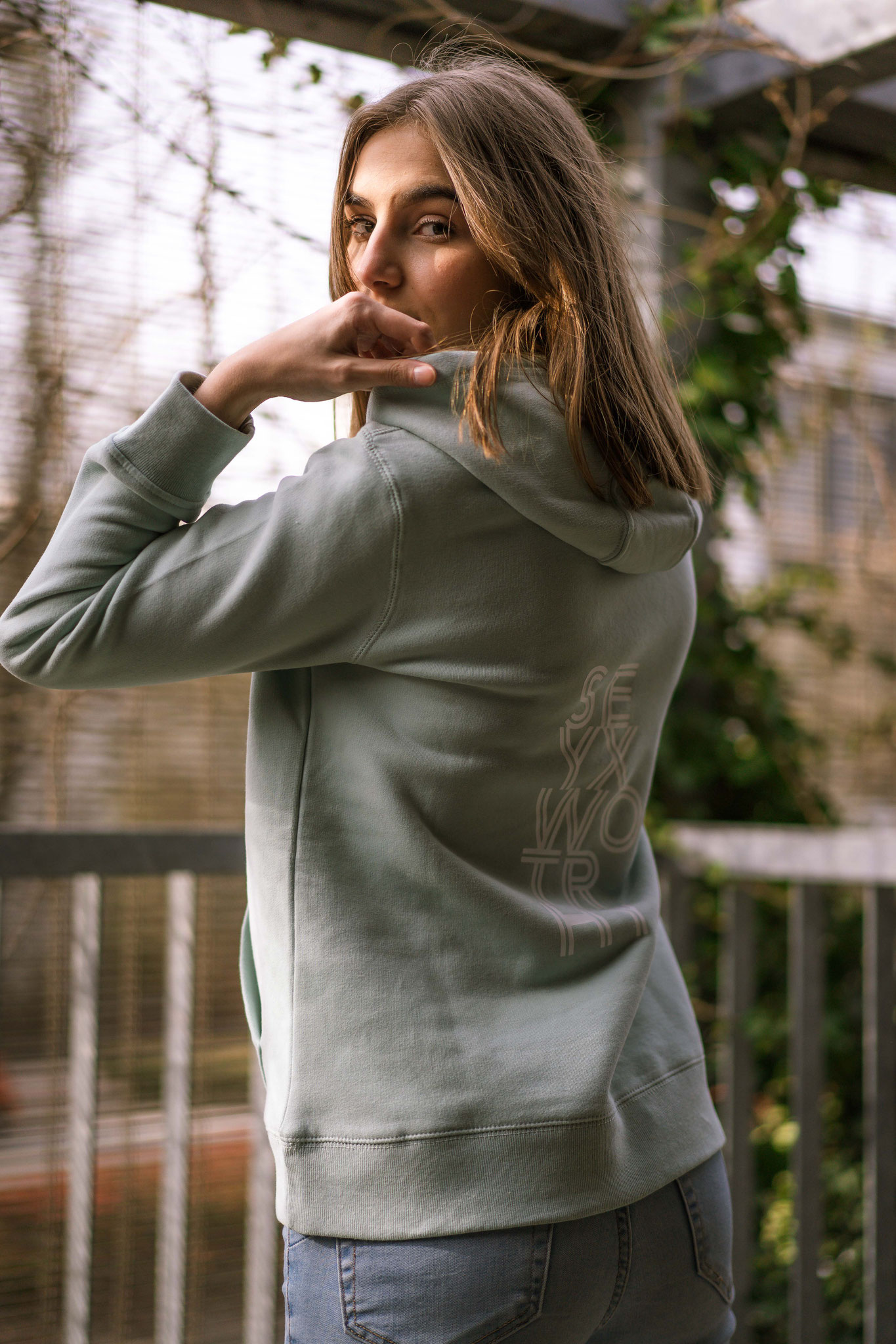 Pastelgroene sweater met witte print Sexy & Worthy - Iwrite4U merch