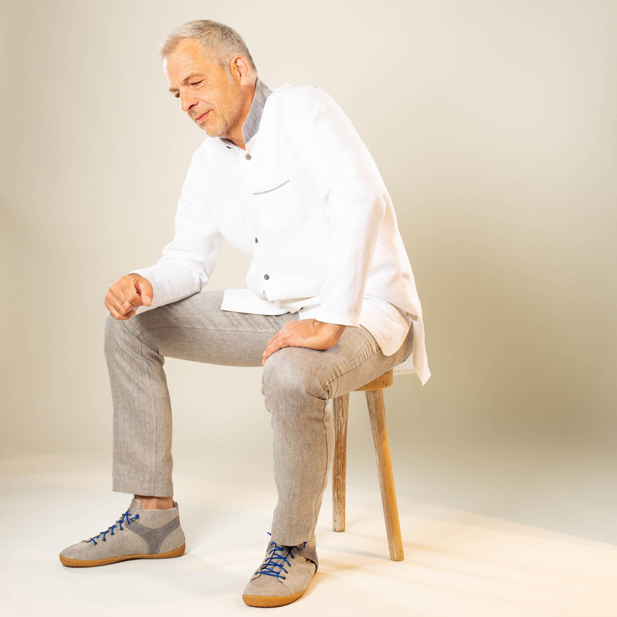 Leinen-Longhemd und Leinen-Jeans