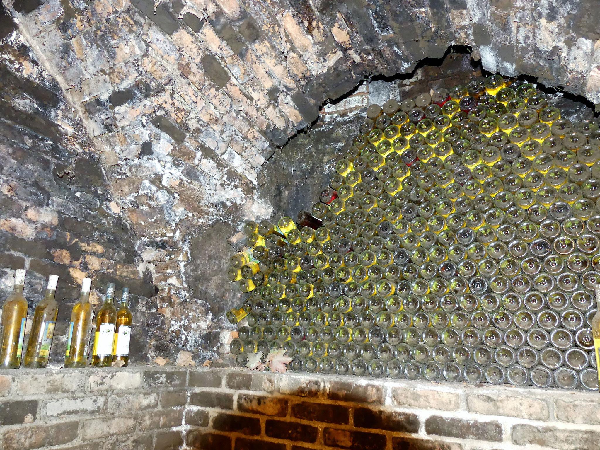Kellerfenster bestückt mit Weinflaschen vor 12 Jahren