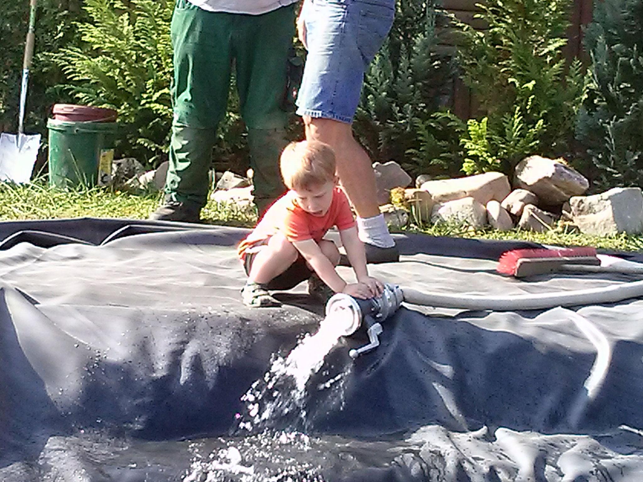 Jonas prüft noch einmal genau die richtige Position des Wassereinlaufes.