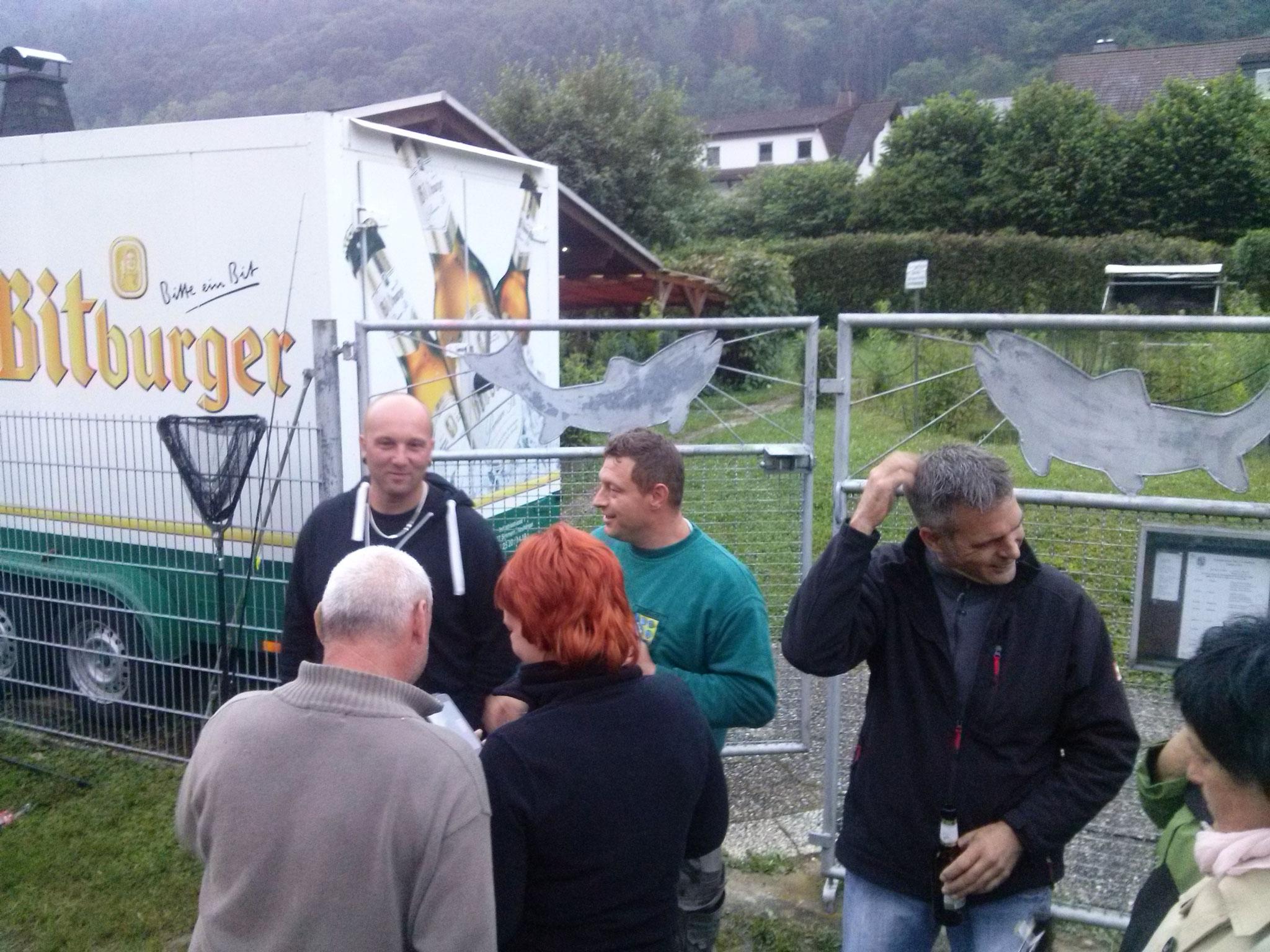 """in den Regenpausen gab es """"Gesprächsbedarf"""" vor der Hütte"""
