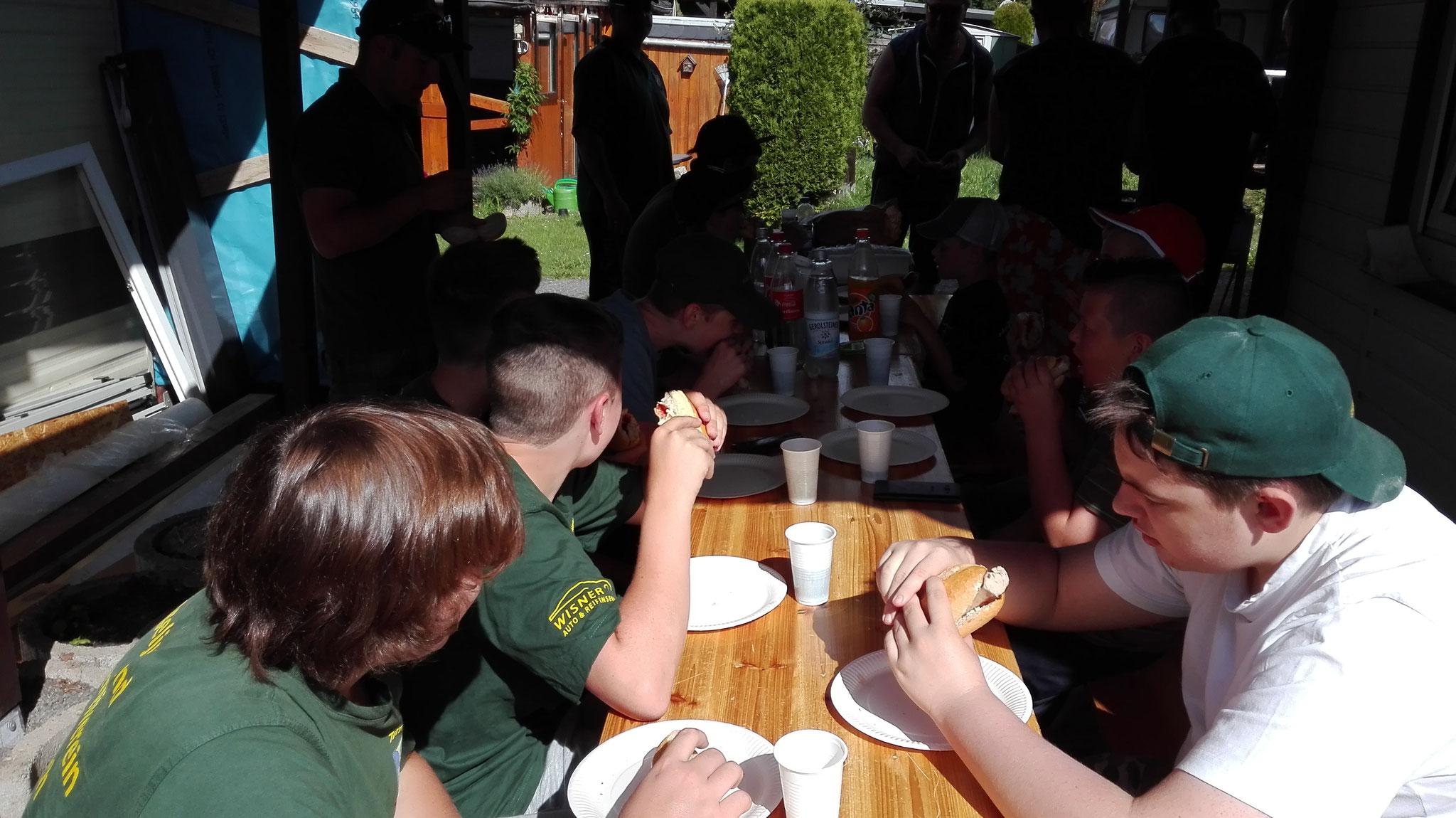 hier alle Mann zusammen beim Frühstücken......Würstchen & Steaks