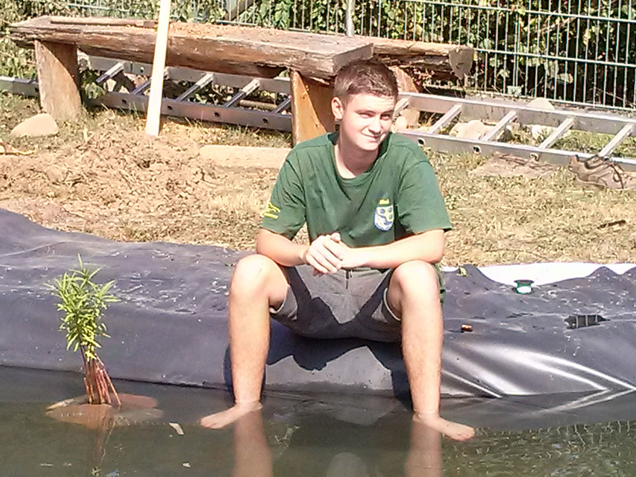 Auch Maxi genießt das kühle Nass an den Füßen ...  da wußte er noch nicht, das er bald darauf auch noch baden gehen würde - nicht ganz freiwillig.