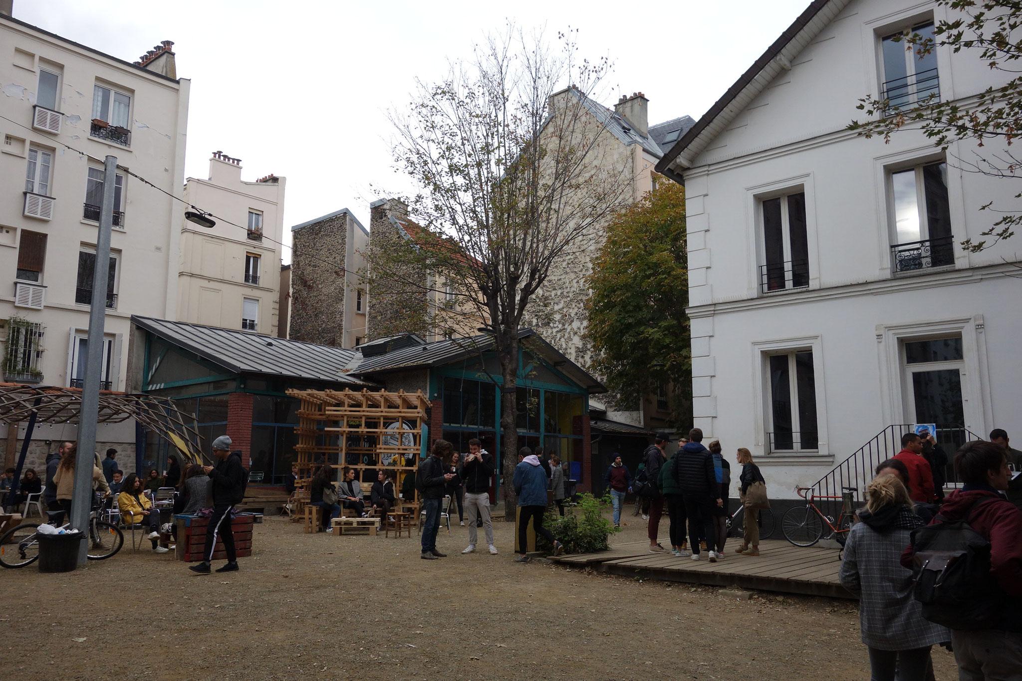 ラヴィレット校の中庭です。授業が終わればたくさんの生徒がここで放課後を満喫します。