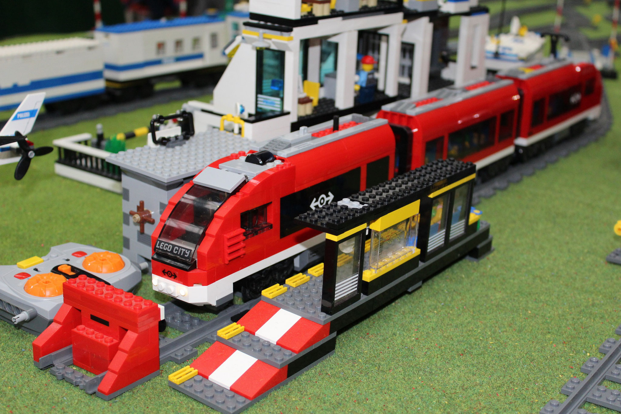 """Personenzug im Bahnhof """"Weite Welt"""""""