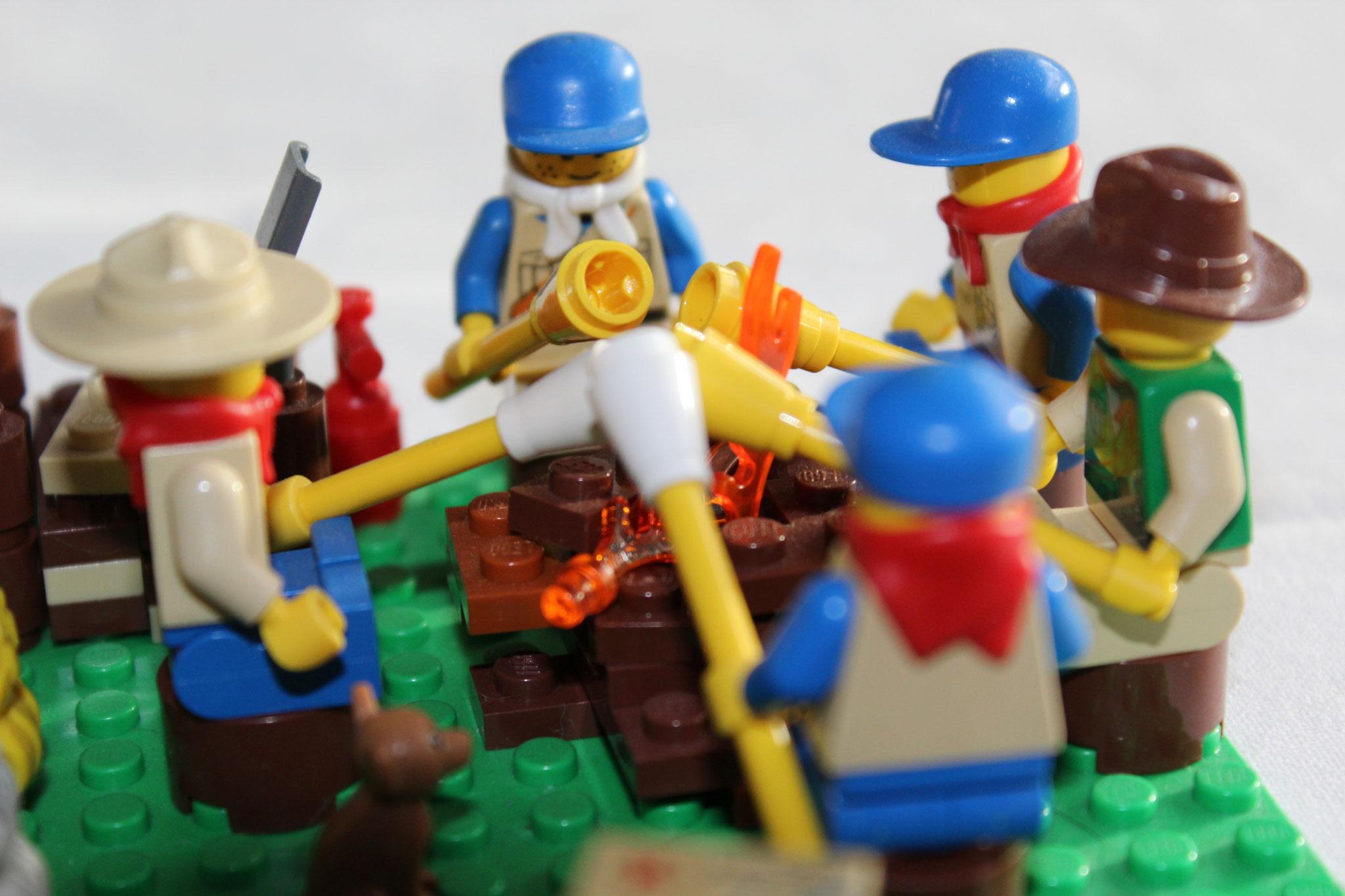 Pfadfinder am Lagerfeuer