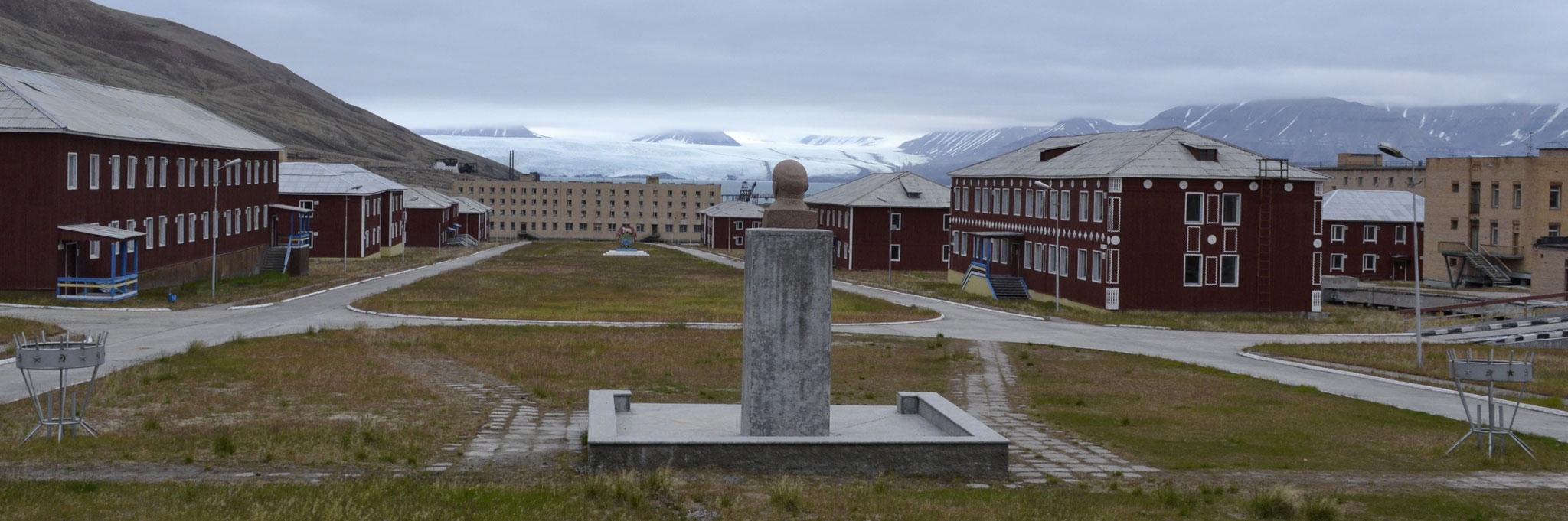 Pyramiden (Spitzbergen):  Und Lenin wacht noch immer über die Stadt [mehr...]