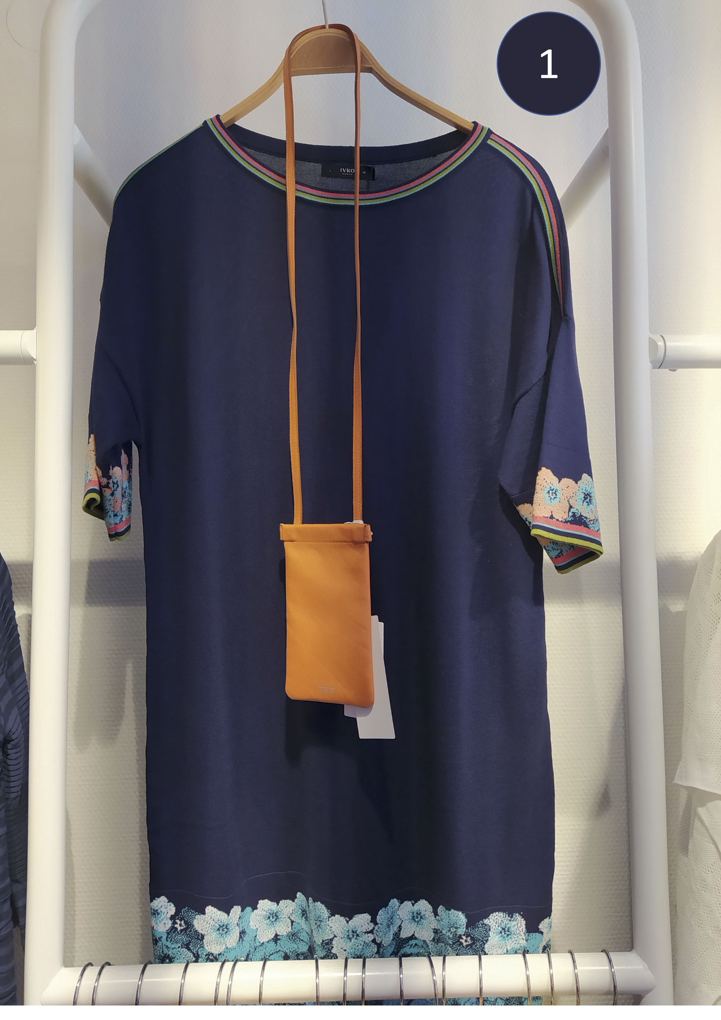 1. Kurzarm-Kleid, Baumwolle, blau mit Bordüre (149€)