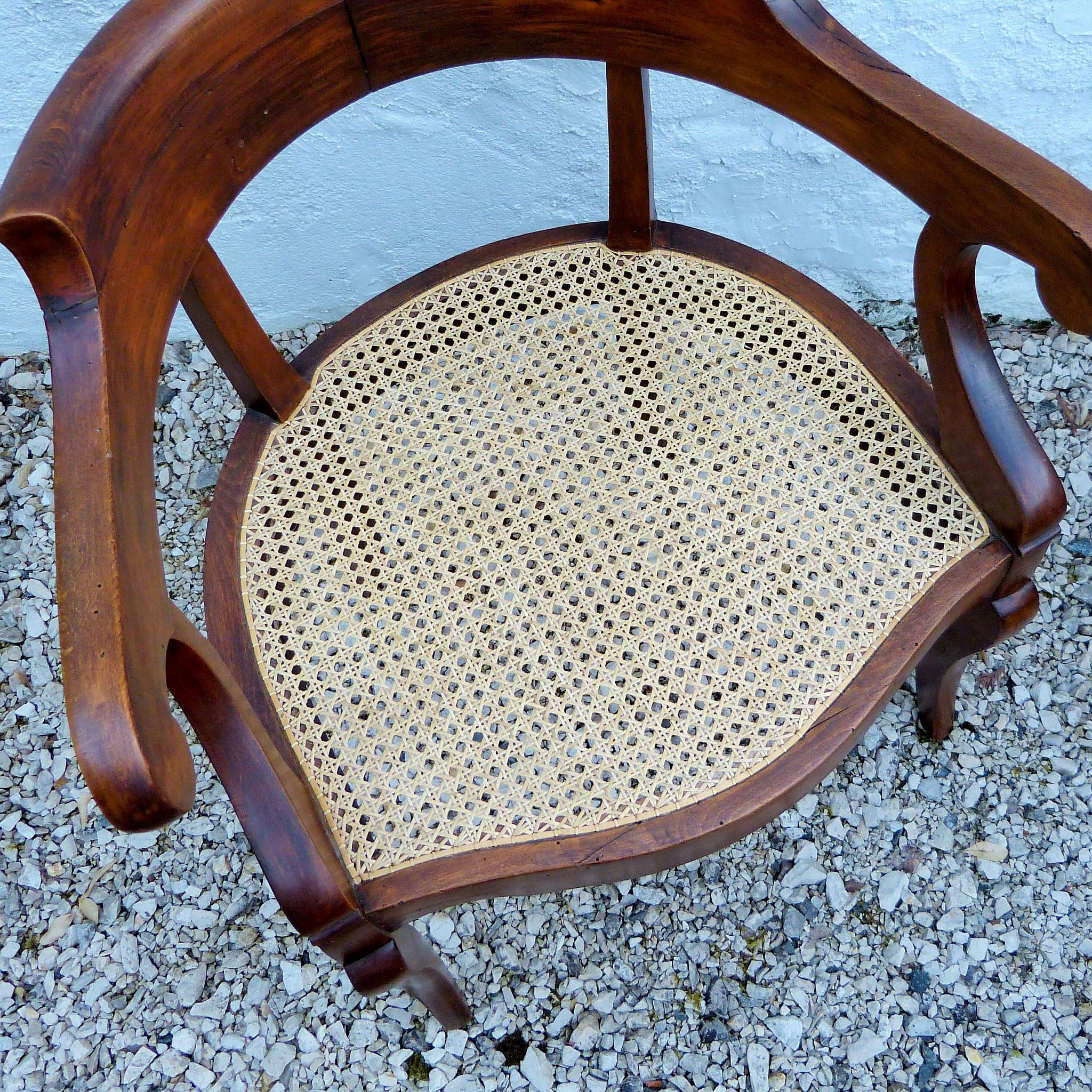 Cannage choisi clair pour contraster avec le bois couleur acajou / Light cane chosen to contrast with the mahogany-coloured wood