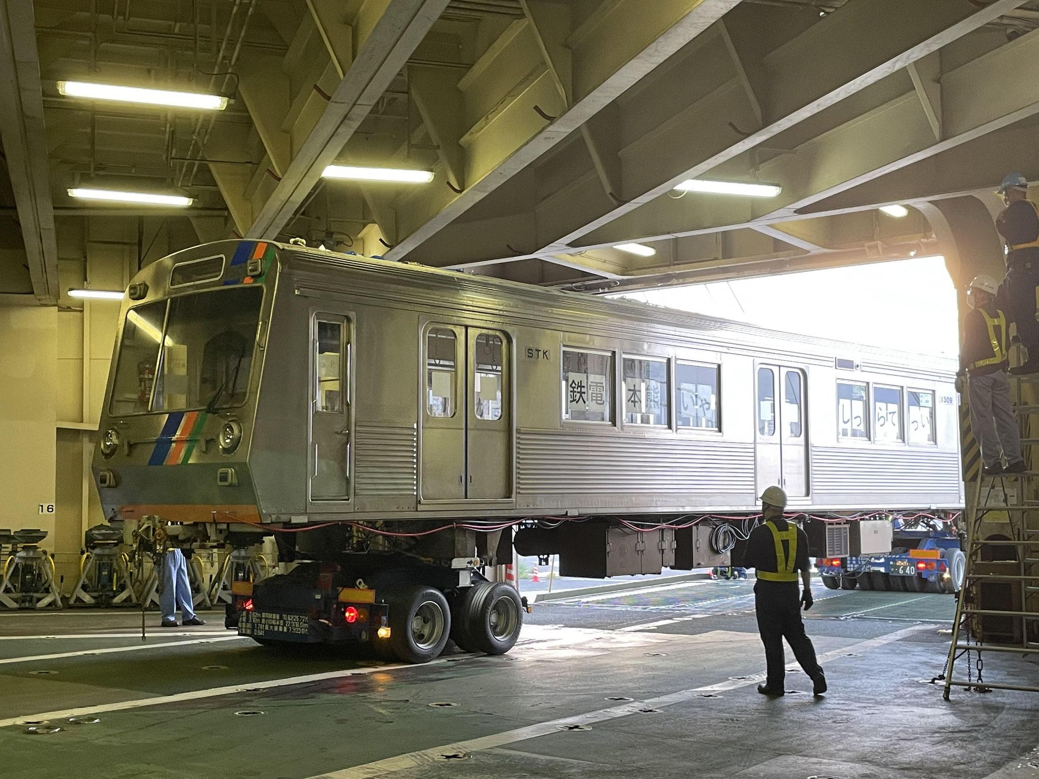 船内をトレーラーで電車を引っ張るのはスキルが必要です。