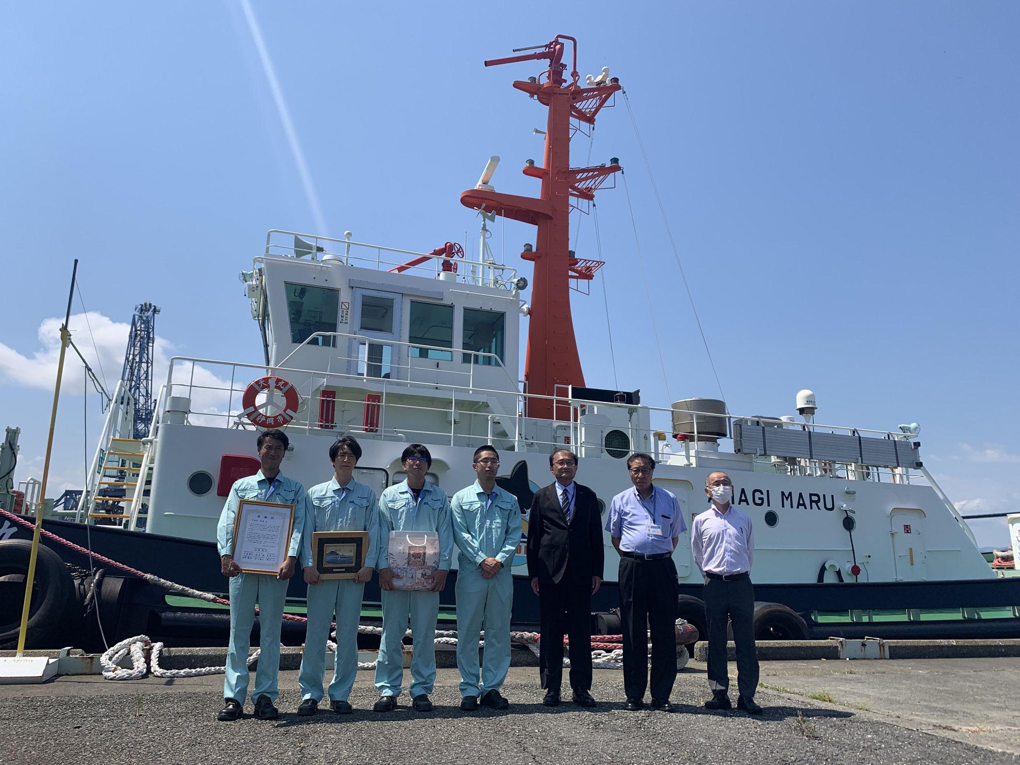 天城丸とみなさま_(右から三番目)清水港管理局長