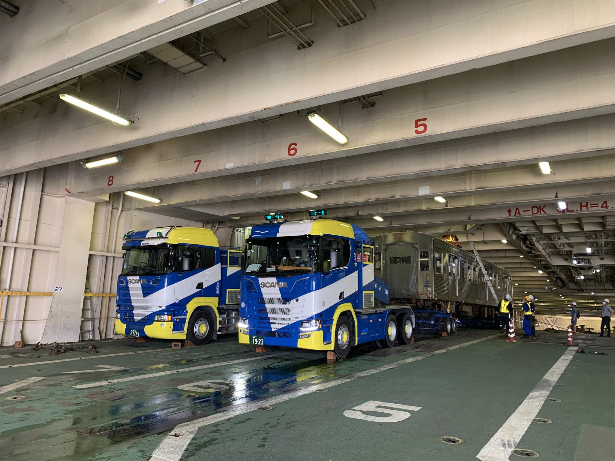 2両目も、RORO船内へ。さすが運転手さんの技術です!
