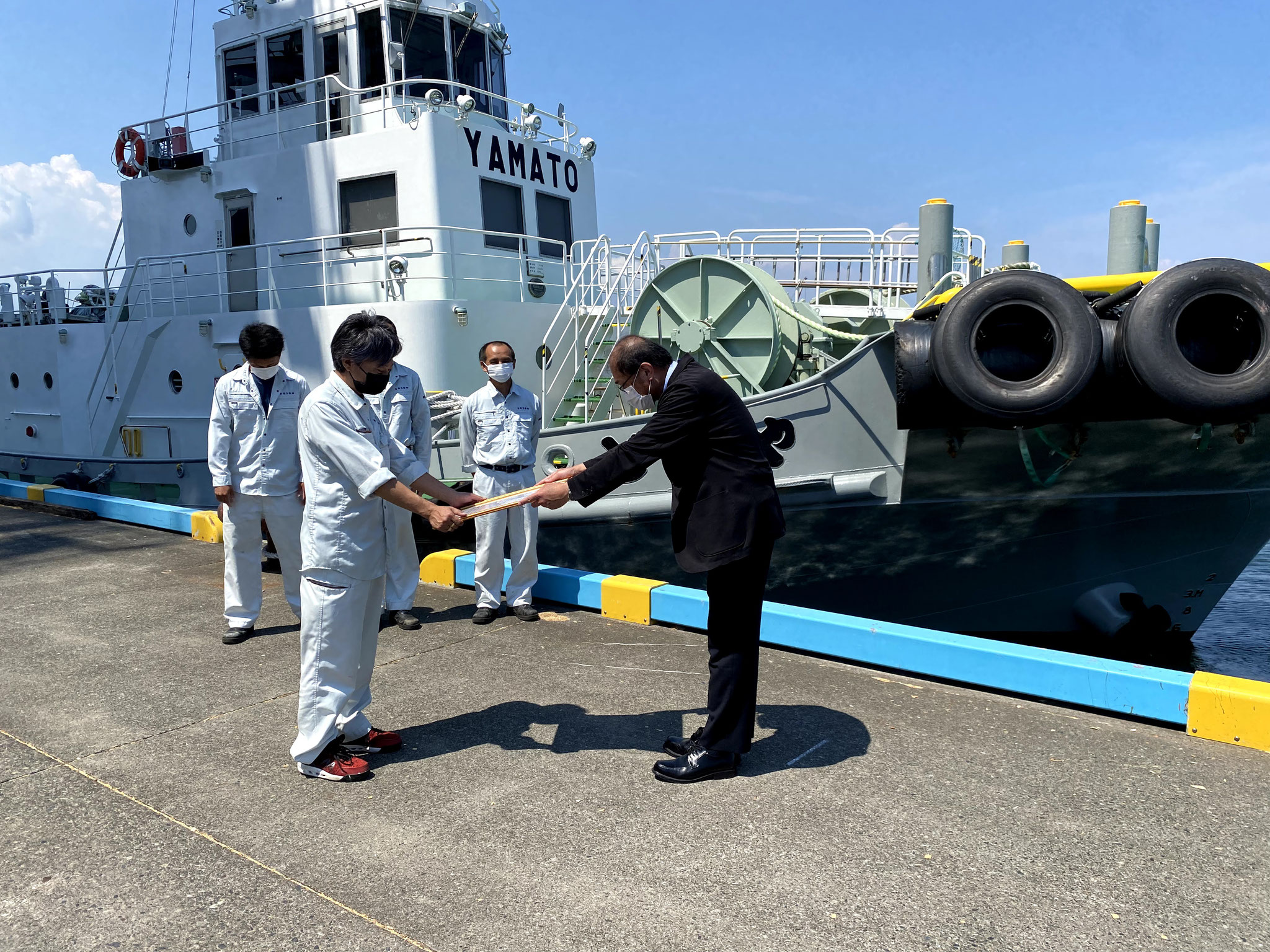 やまと丸とみなさまへ記念品授与_(右)清水港管理局長