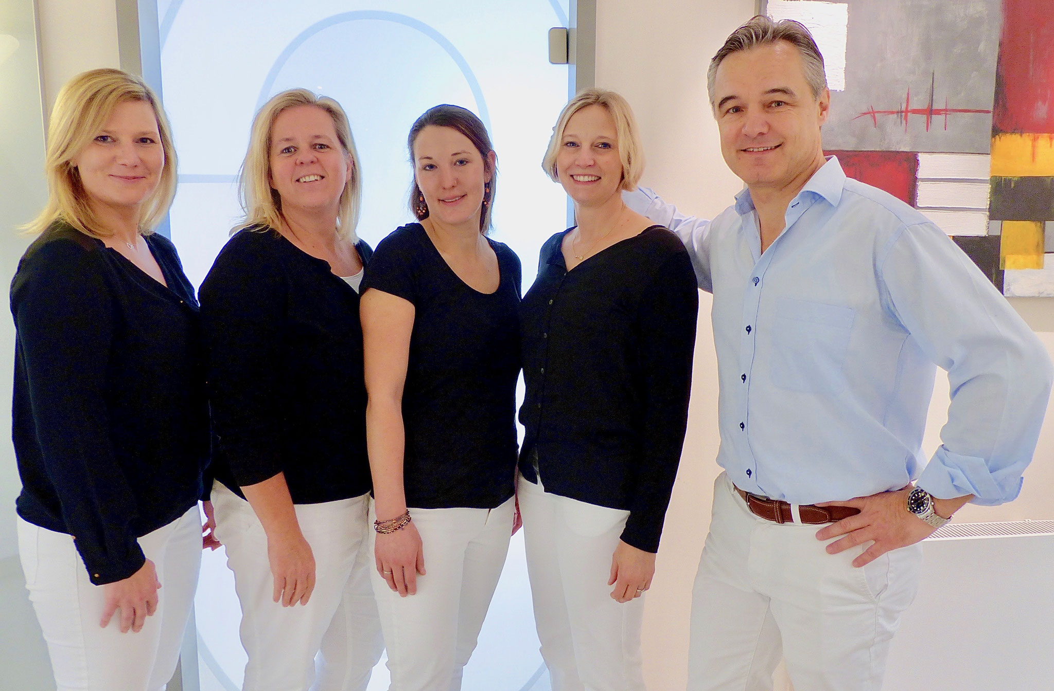 Das Team: Daniela W., Cathrin K., Nora G., Vivian H. ; Dr. Dirk Hedrich