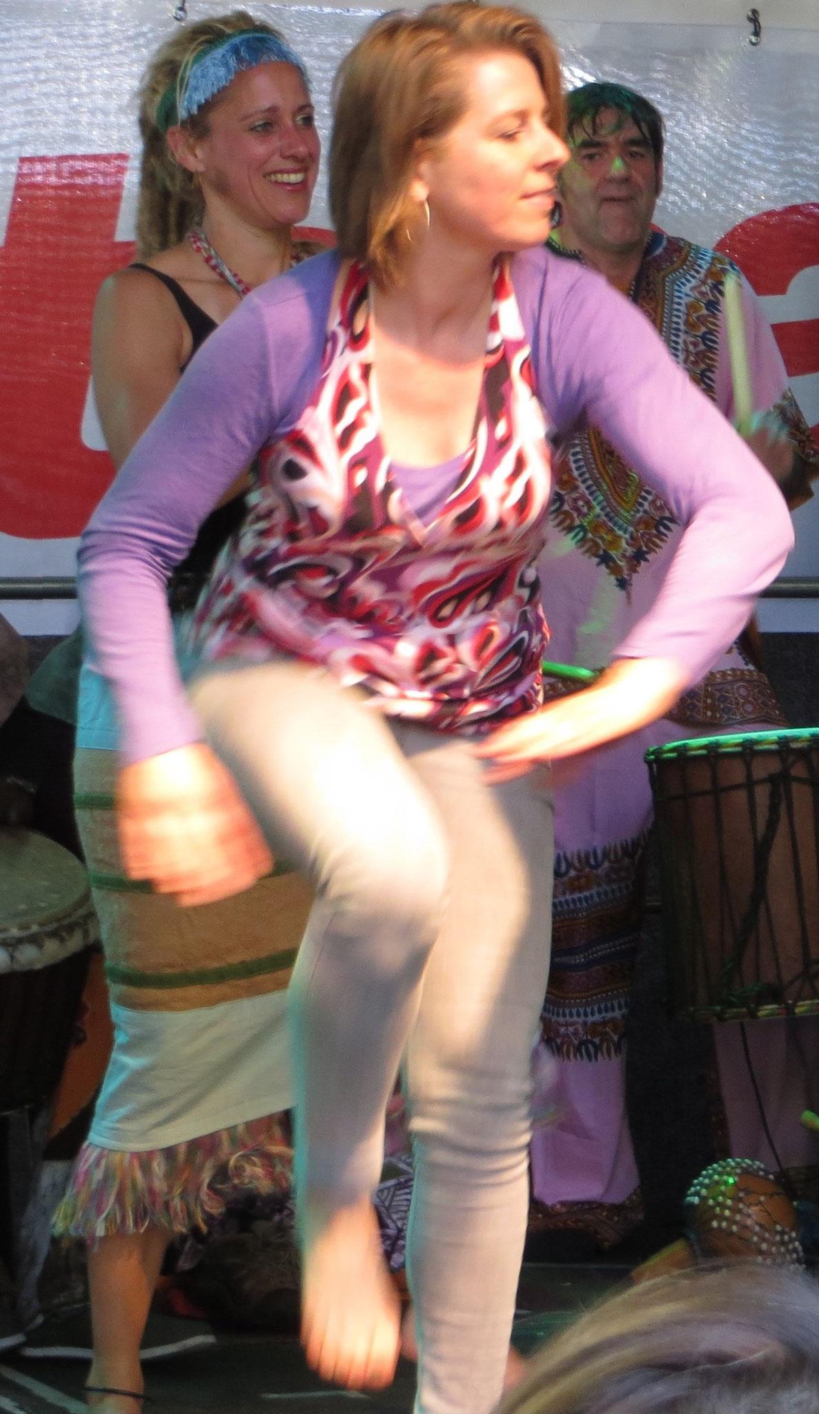 Beim Straßenfest auf die Bühne gesprungen, um ein Solo zu tanzen.