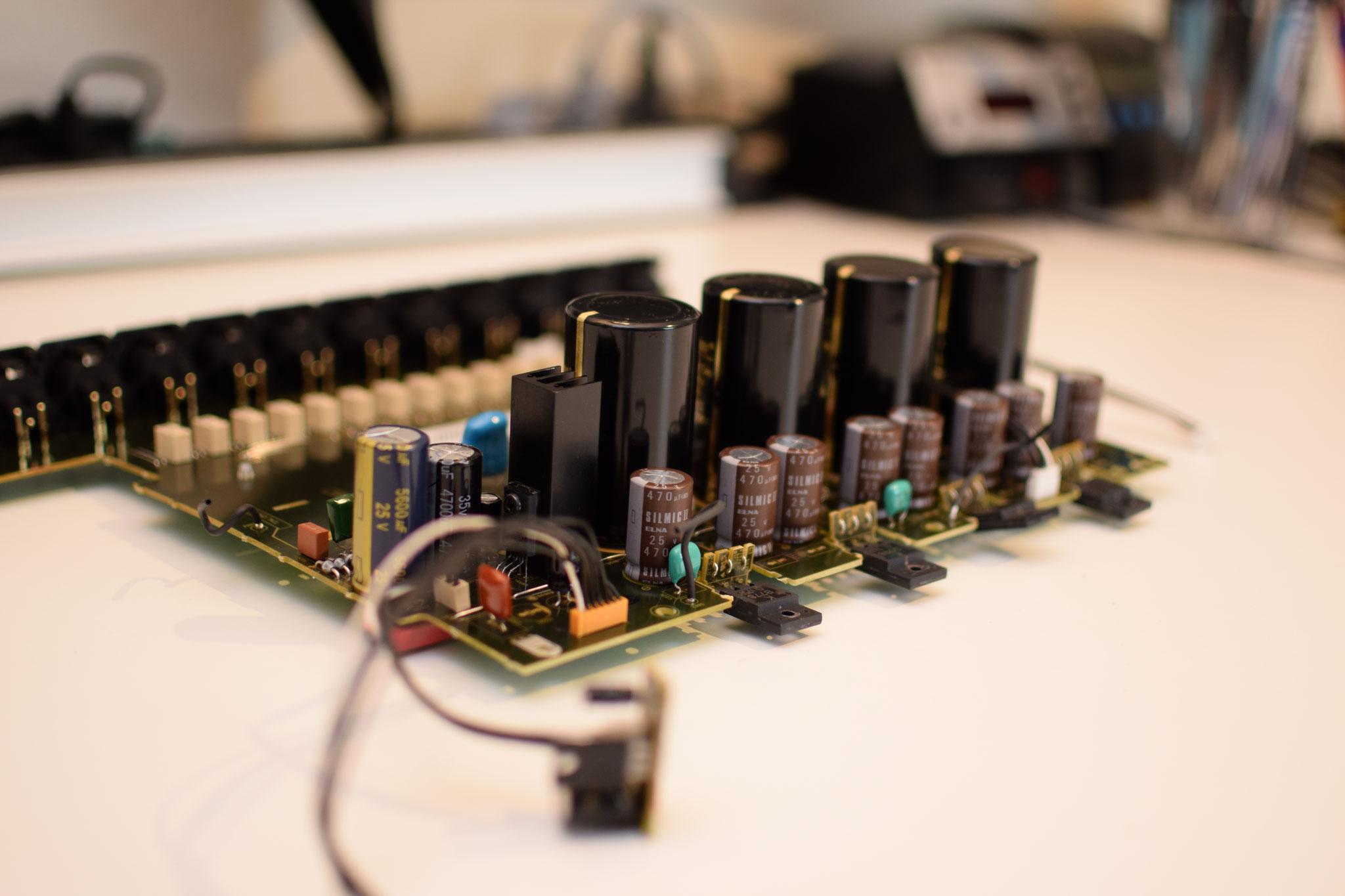 AV8805 Spannungsversorgung Stützkondensatoren der Audio Einheit