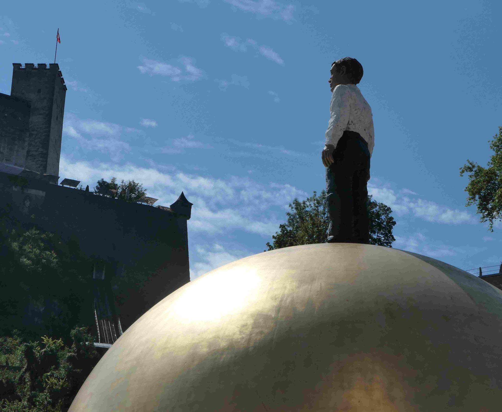 Stephan Balkenhol, Mann auf einer goldenen Kugel im Salzburger Zentrum