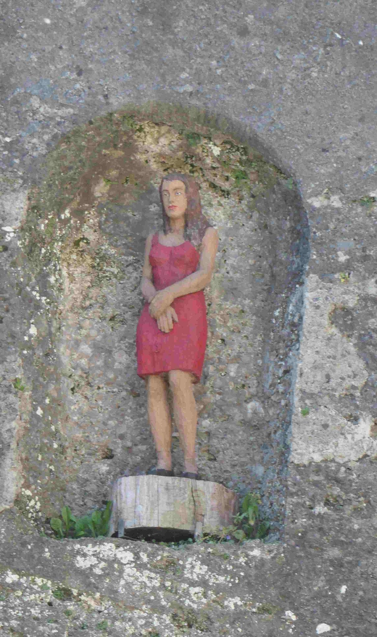 Stephan Balkenhol, Frau in der Felsenwand in Salzburg