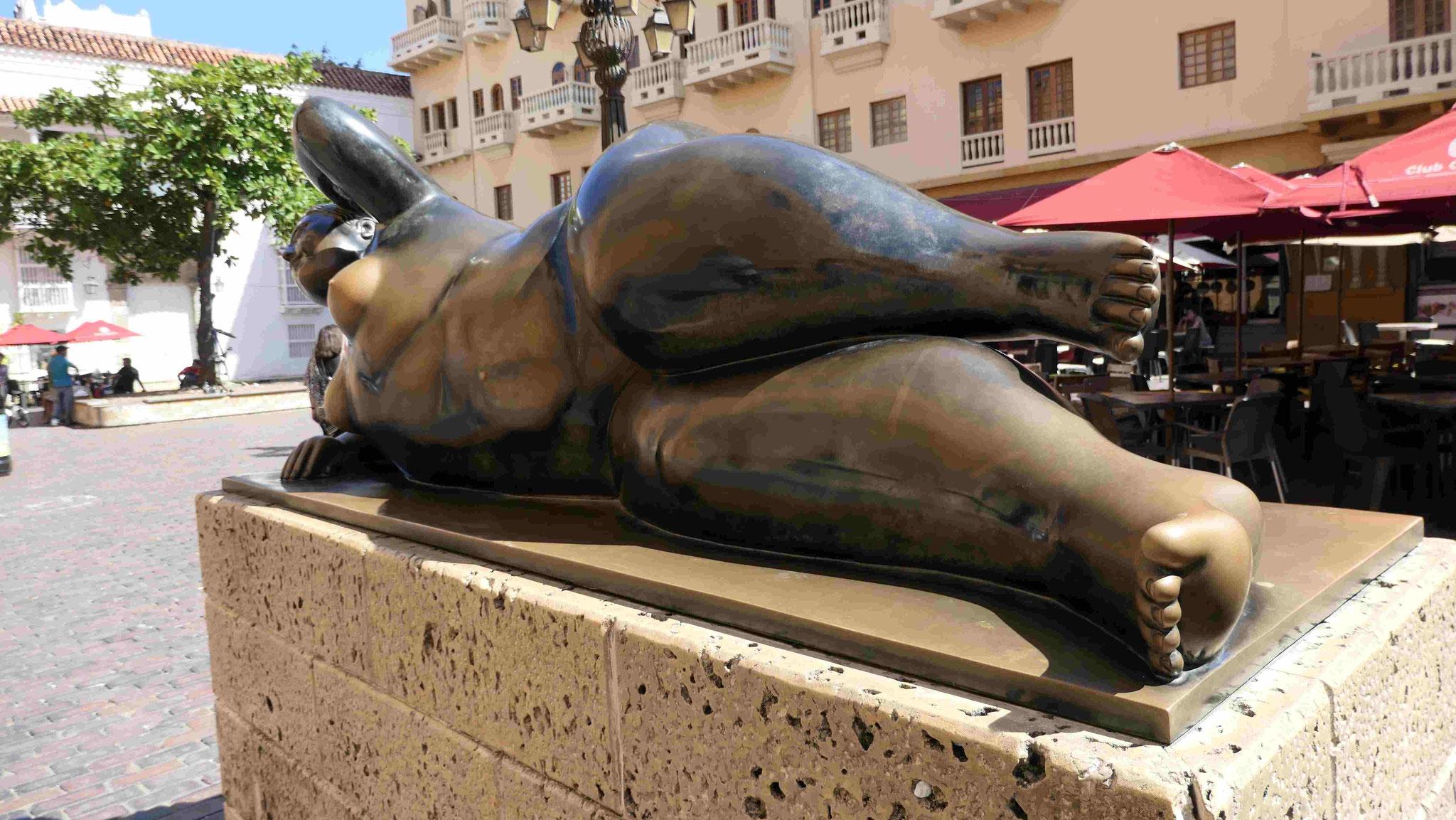 Fernando Botero: Liegende an der Kathedrale von Catagena de Indias/Kolumbien