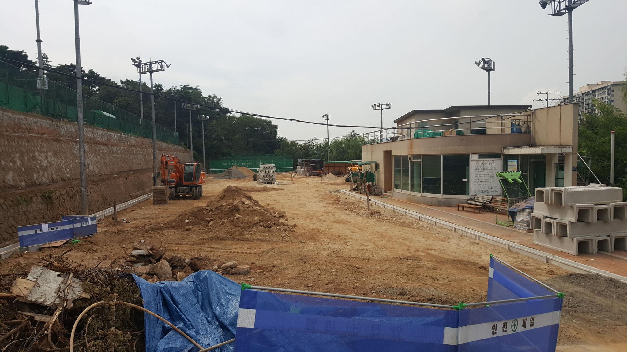 2016年8月中旬からの漢南テニスコート(7~10番コート)のオムニ化工事(8月下旬): 掘り起こして排水溝も新調