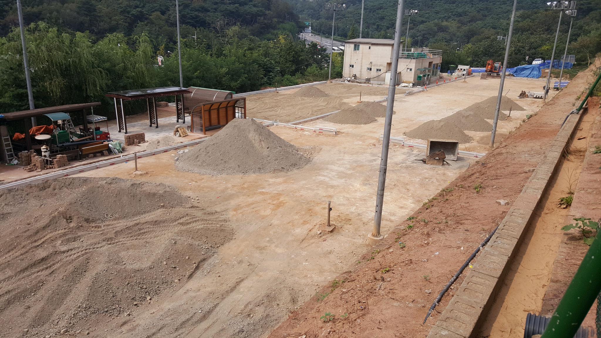 2016年8月中旬からの漢南テニスコート(7~10番コート)のオムニ化工事(9月中旬): 砂利敷き