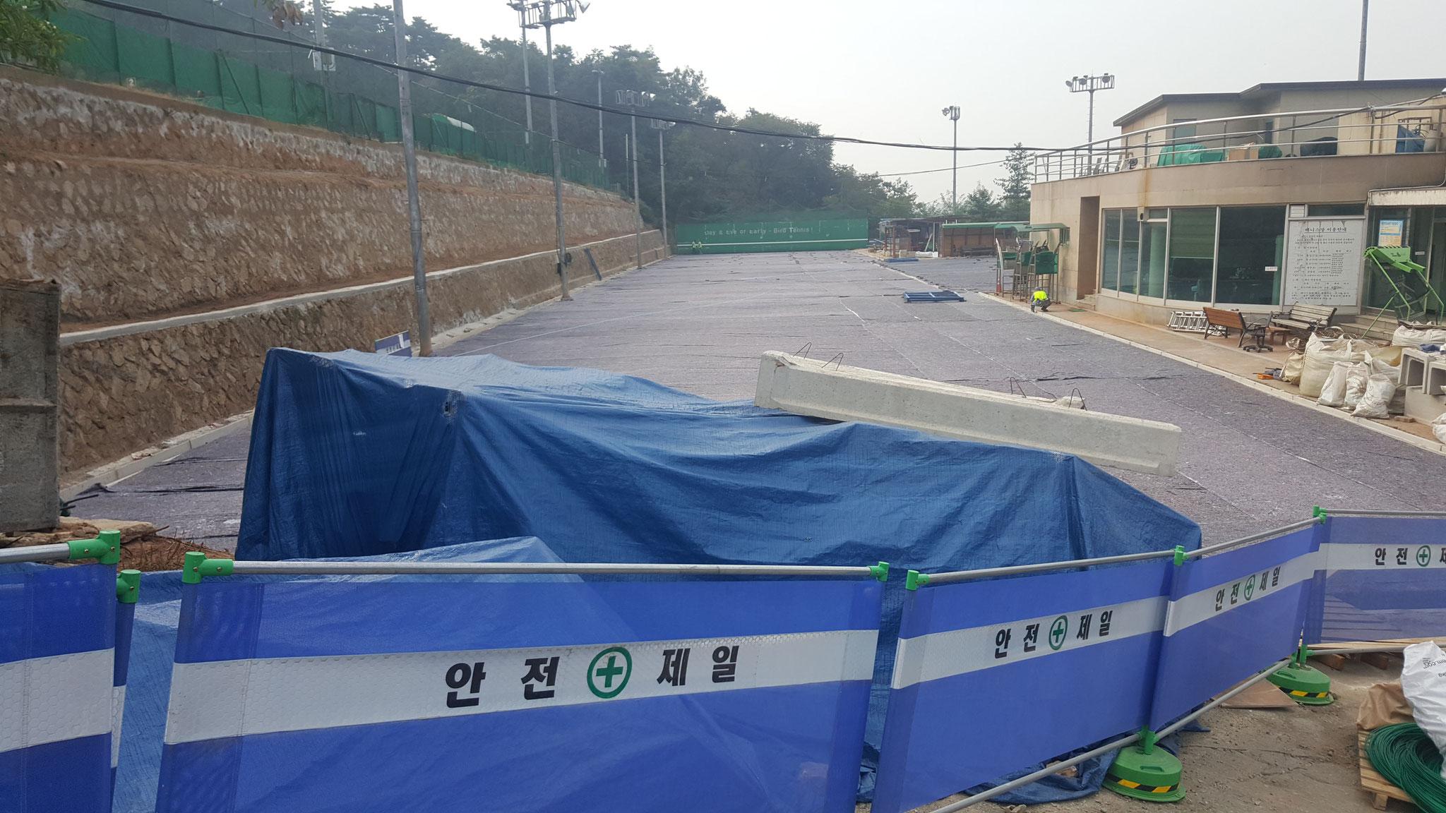 2016年8月中旬からの漢南テニスコート(7~10番コート)のオムニ化工事(9月下旬): 下地のシート敷き